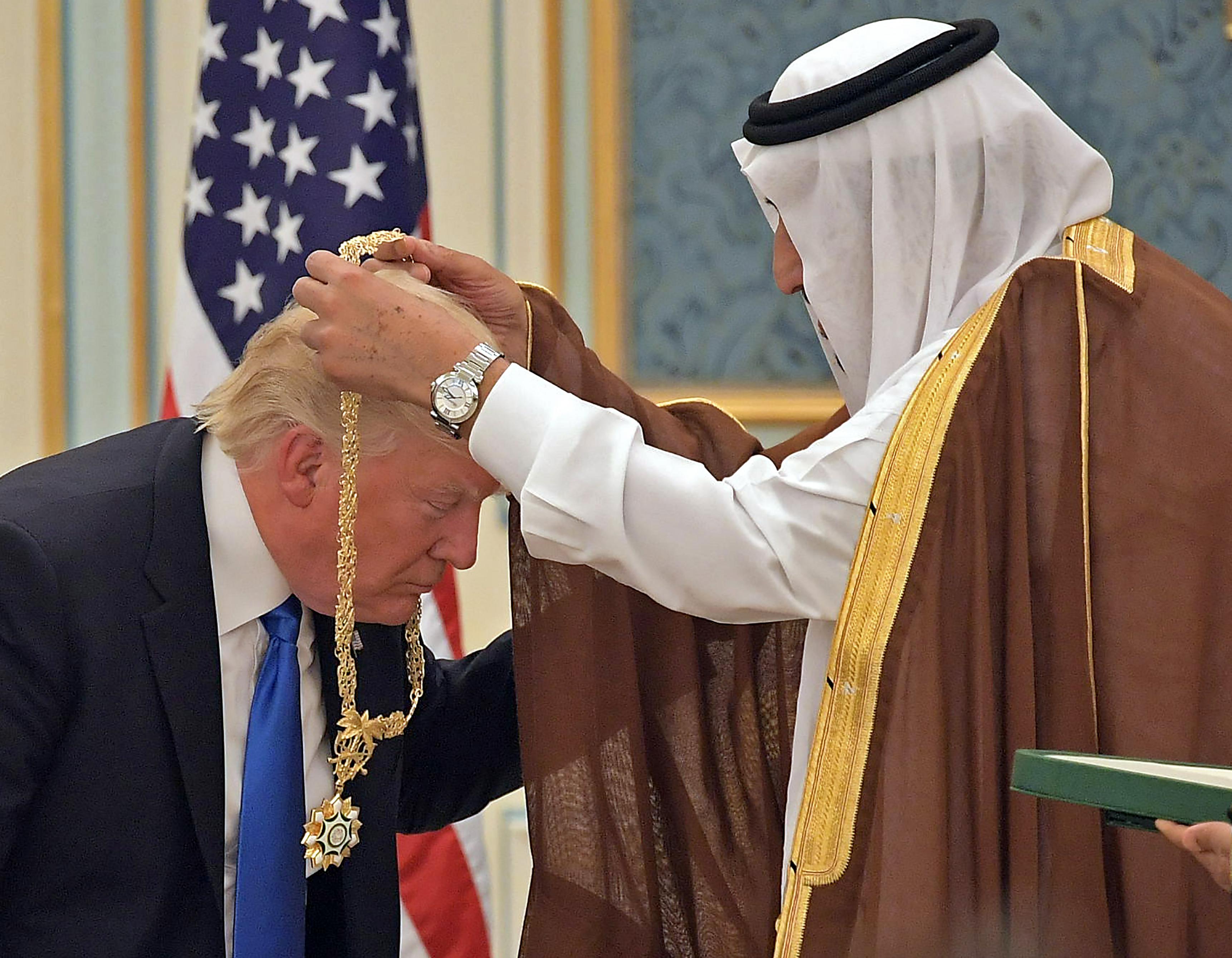Trump pukedlizett egyet a szaúdi király előtt