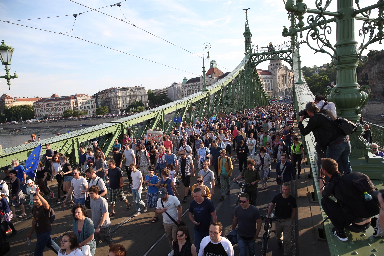 Megindult a pár ezres tüntető tömeg a Kossuth tér felé