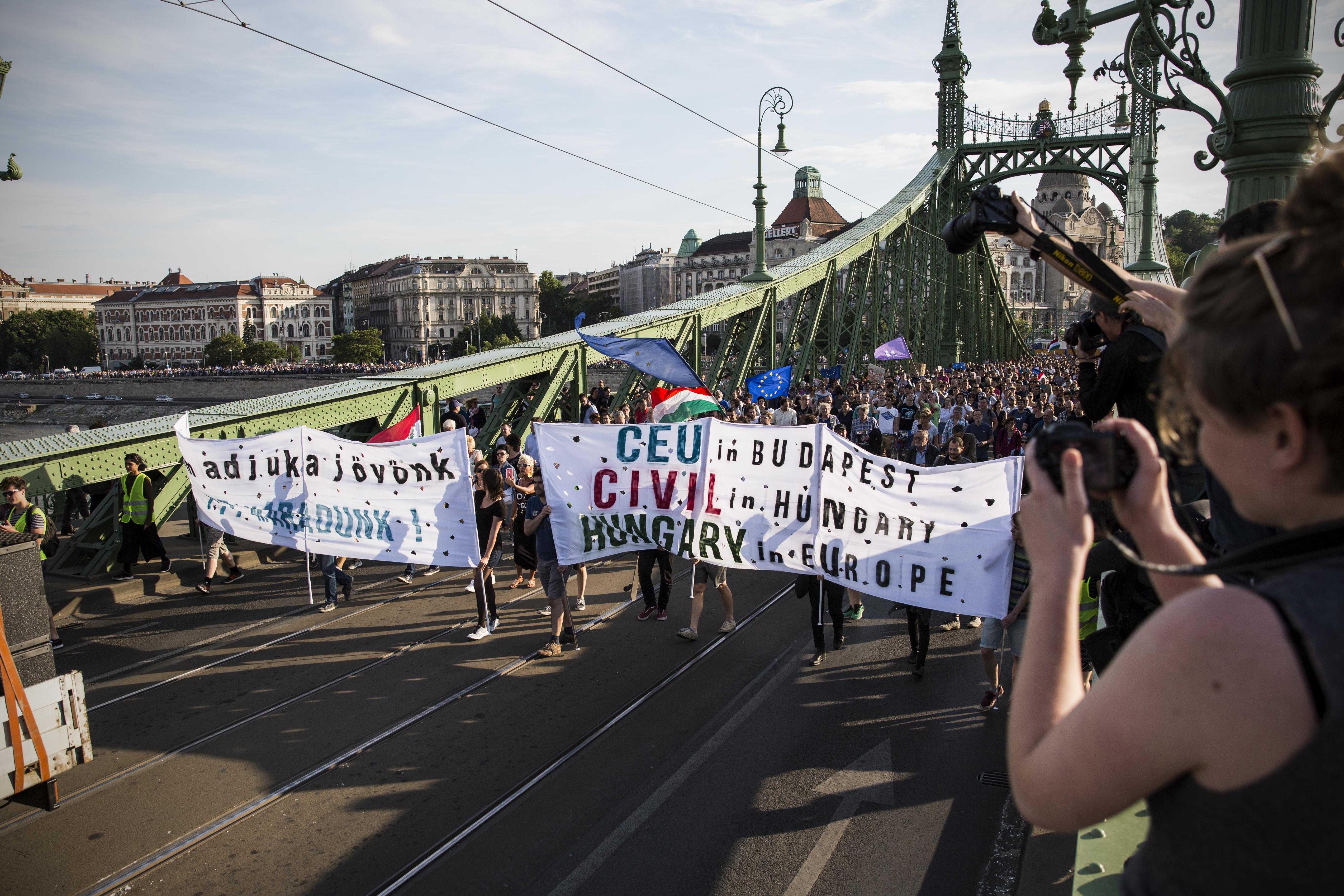 Elfogadta a parlament a civiltörvényt, a TASZ és a Helsinki bojkottot hirdetett