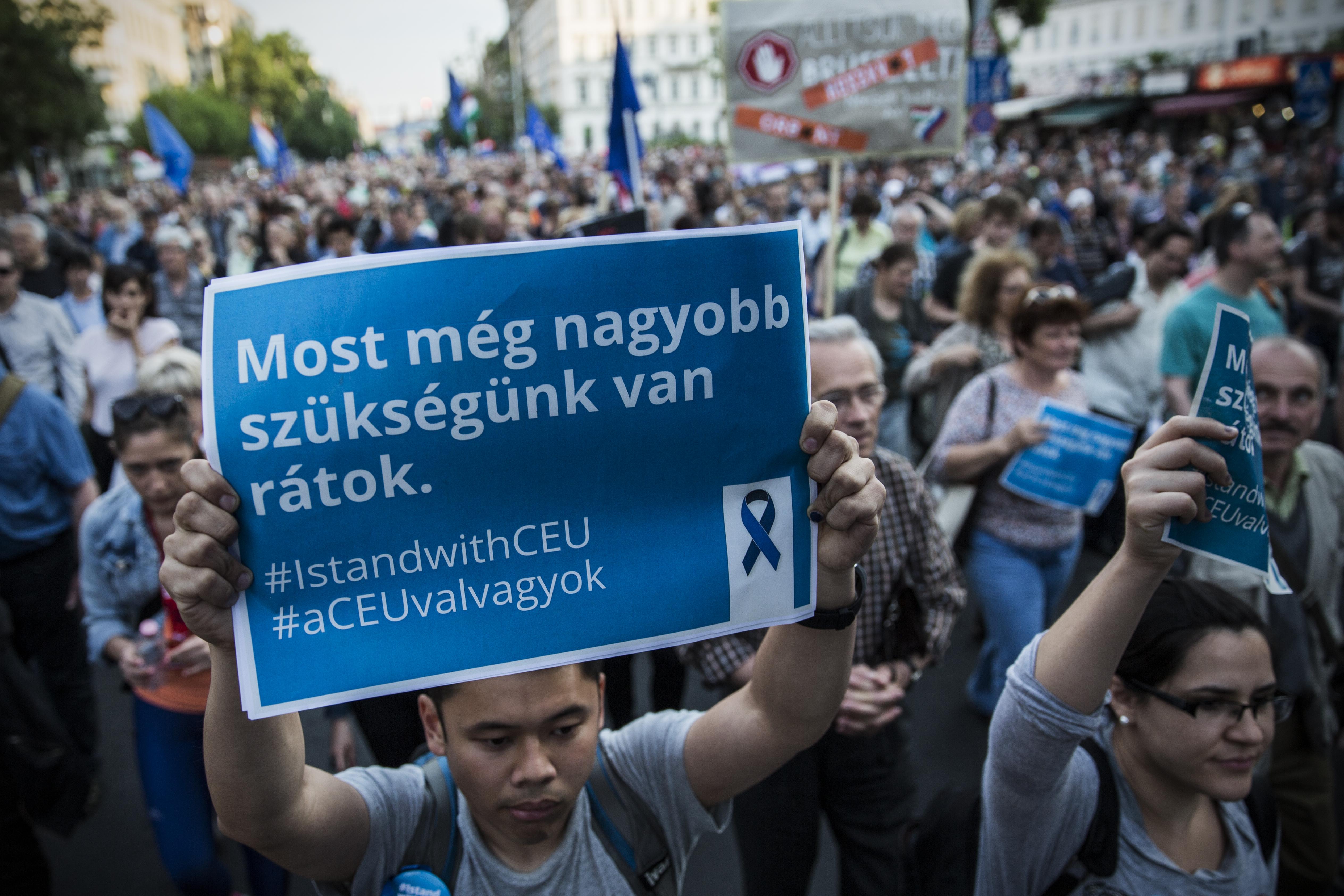A CEU újraindítja az elismert menekülteket célzó oktatási programját, amit a Soros-adó miatt függesztettek fel