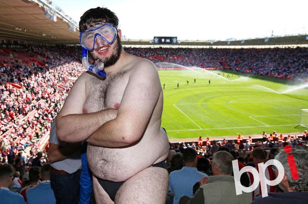 A hétvége hőse Tyrone Sidley focidrukker, aki úszónadrágban és búvárszemüveggel utazott át Anglián