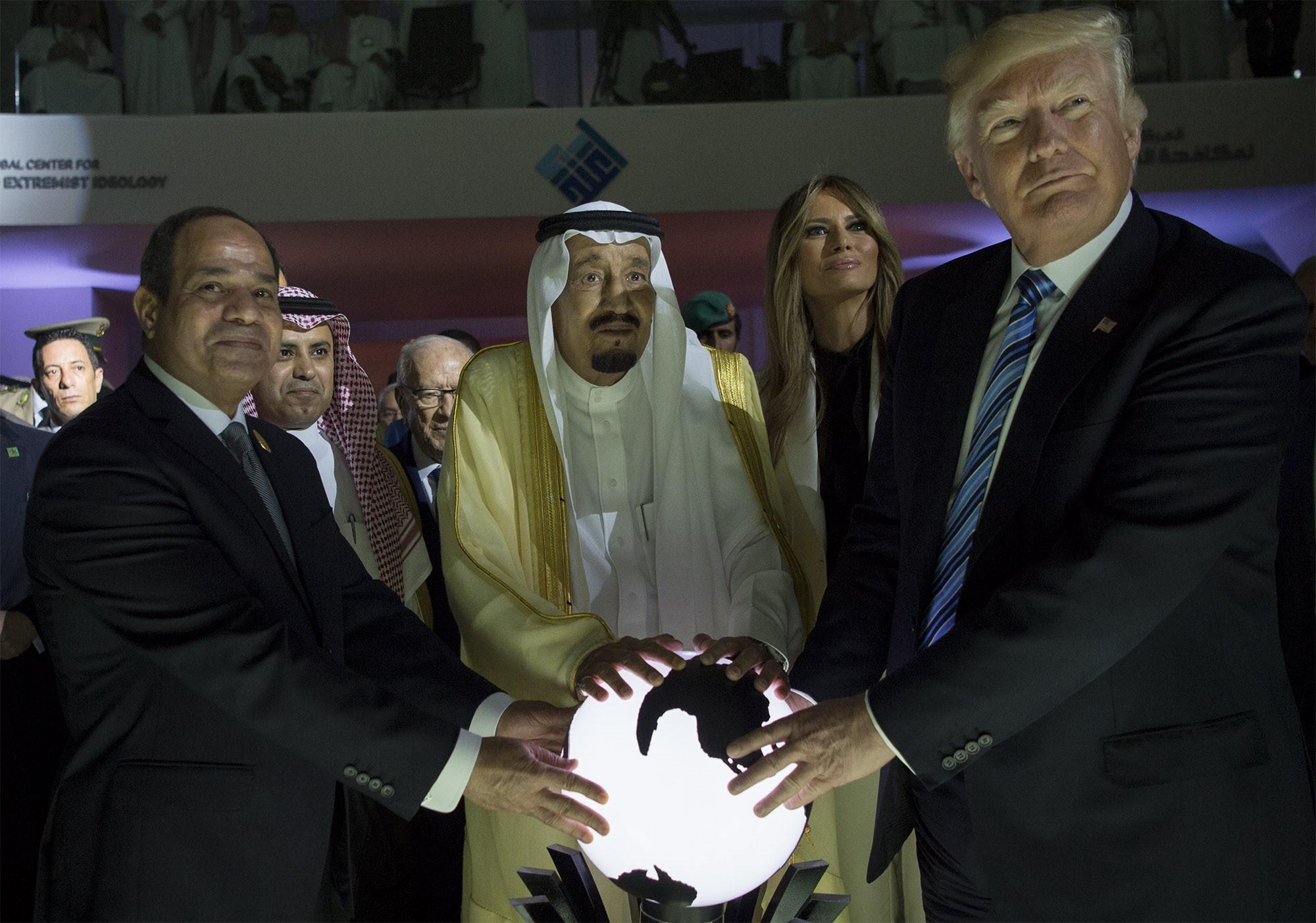 Donald Trump rátette a kezét a Gömbre, erre nem felrobbant az internet?