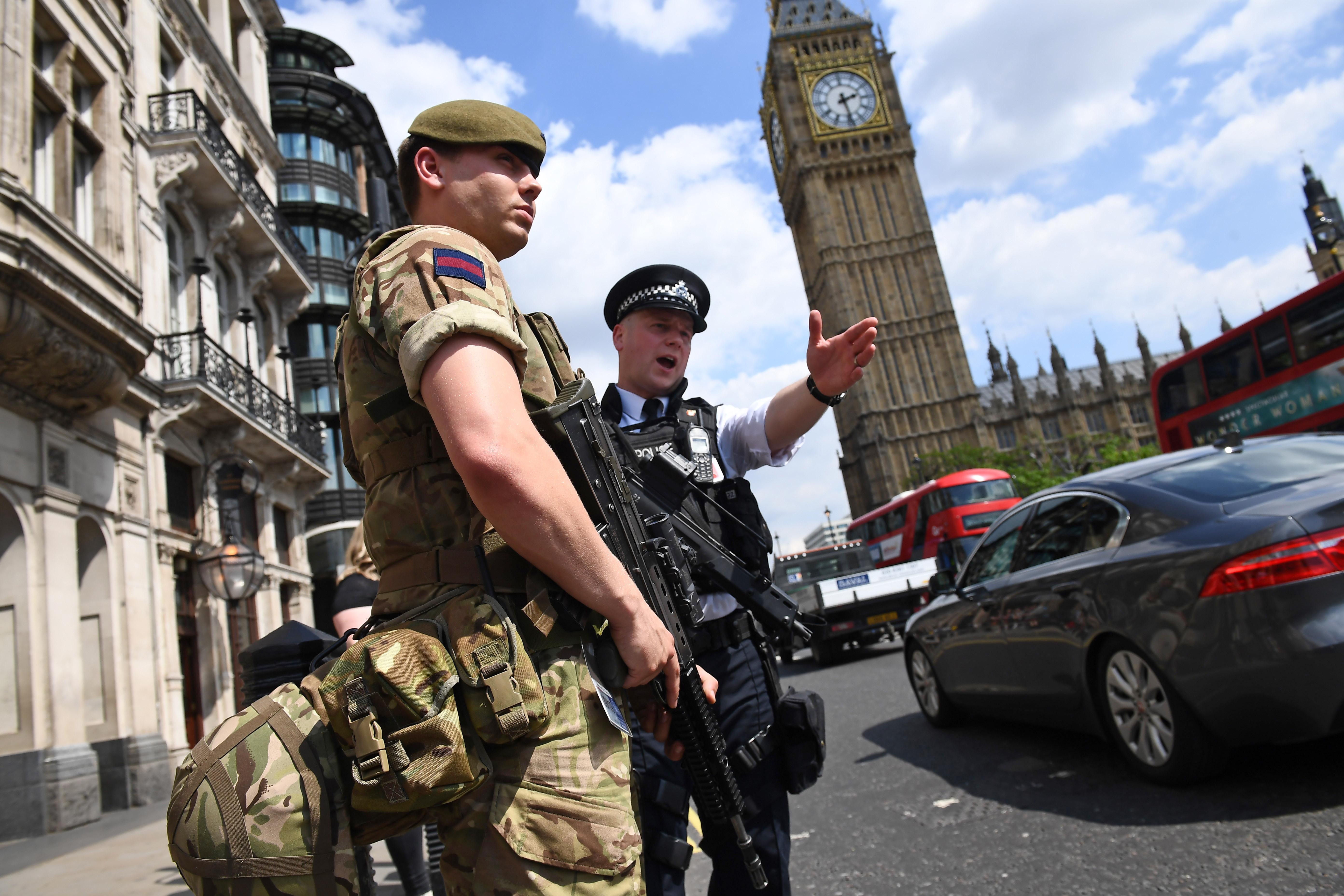 Kritikusról súlyosra csökkentették a brit terrorkészültséget