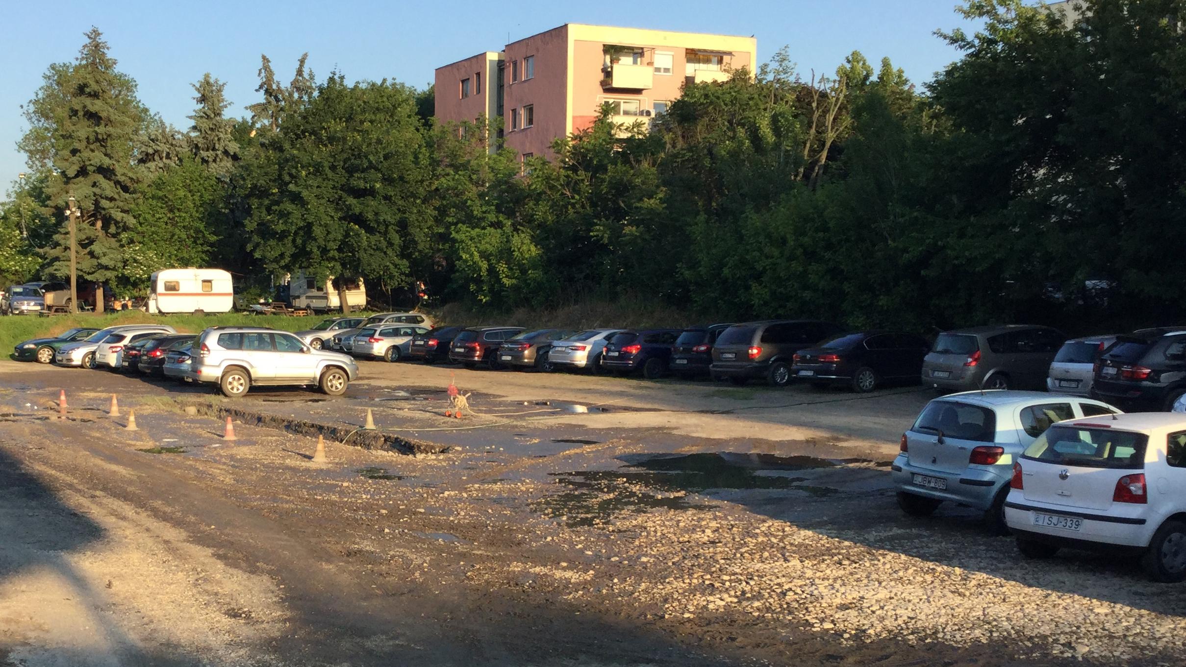 A Duna Aréna parkolója: sár és törmelék 950 forintért