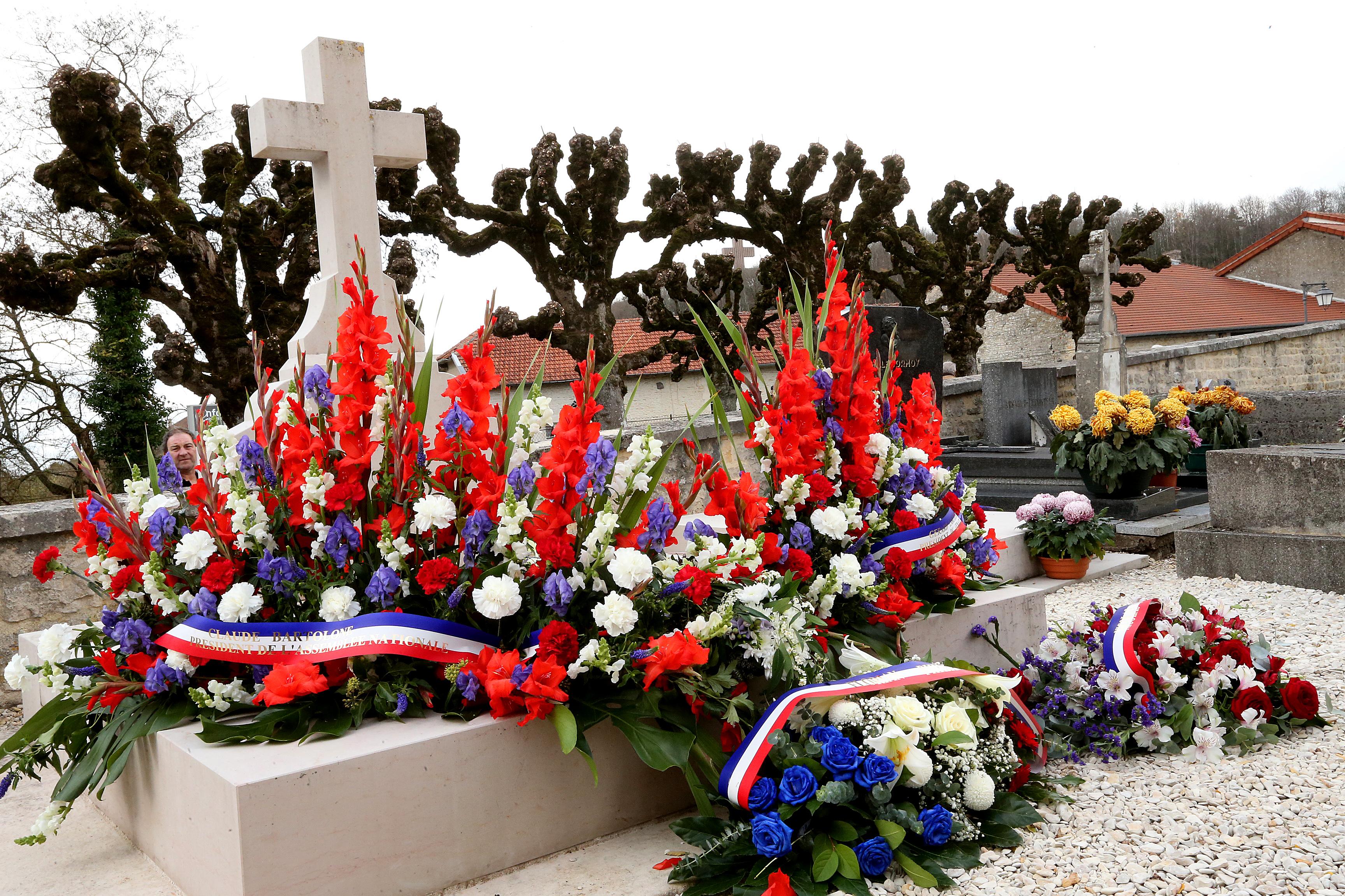 Egy elképesztően fordulatos történet egy angol fickóról, aki virágot kezdett vinni egy ismeretlen férfi sírjára