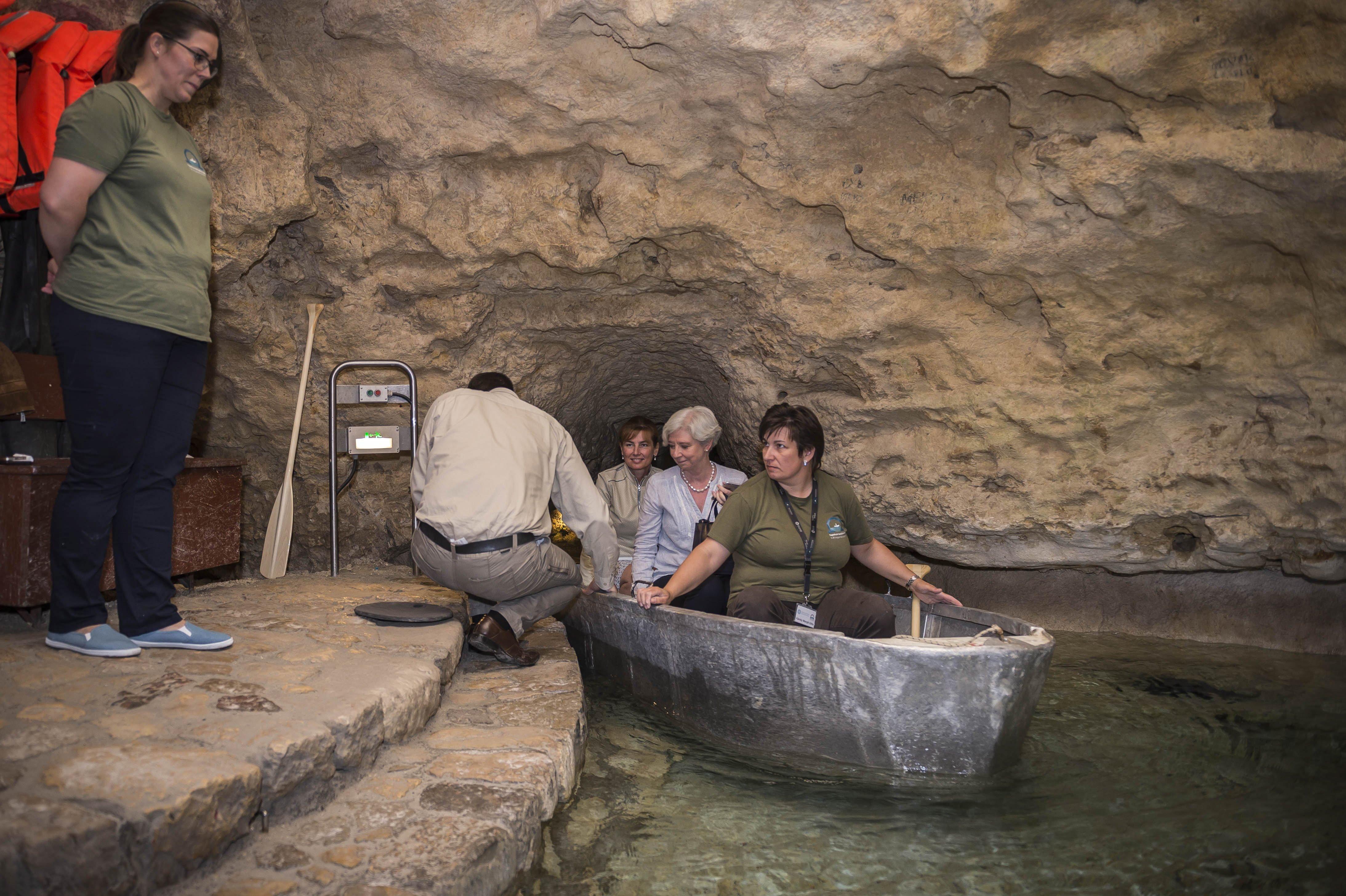 Az államfő felesége egy barlangban csónakázott