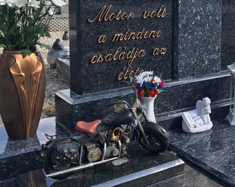 Szívtelen sírrablók ellopták a motort Zoltán sírjáról