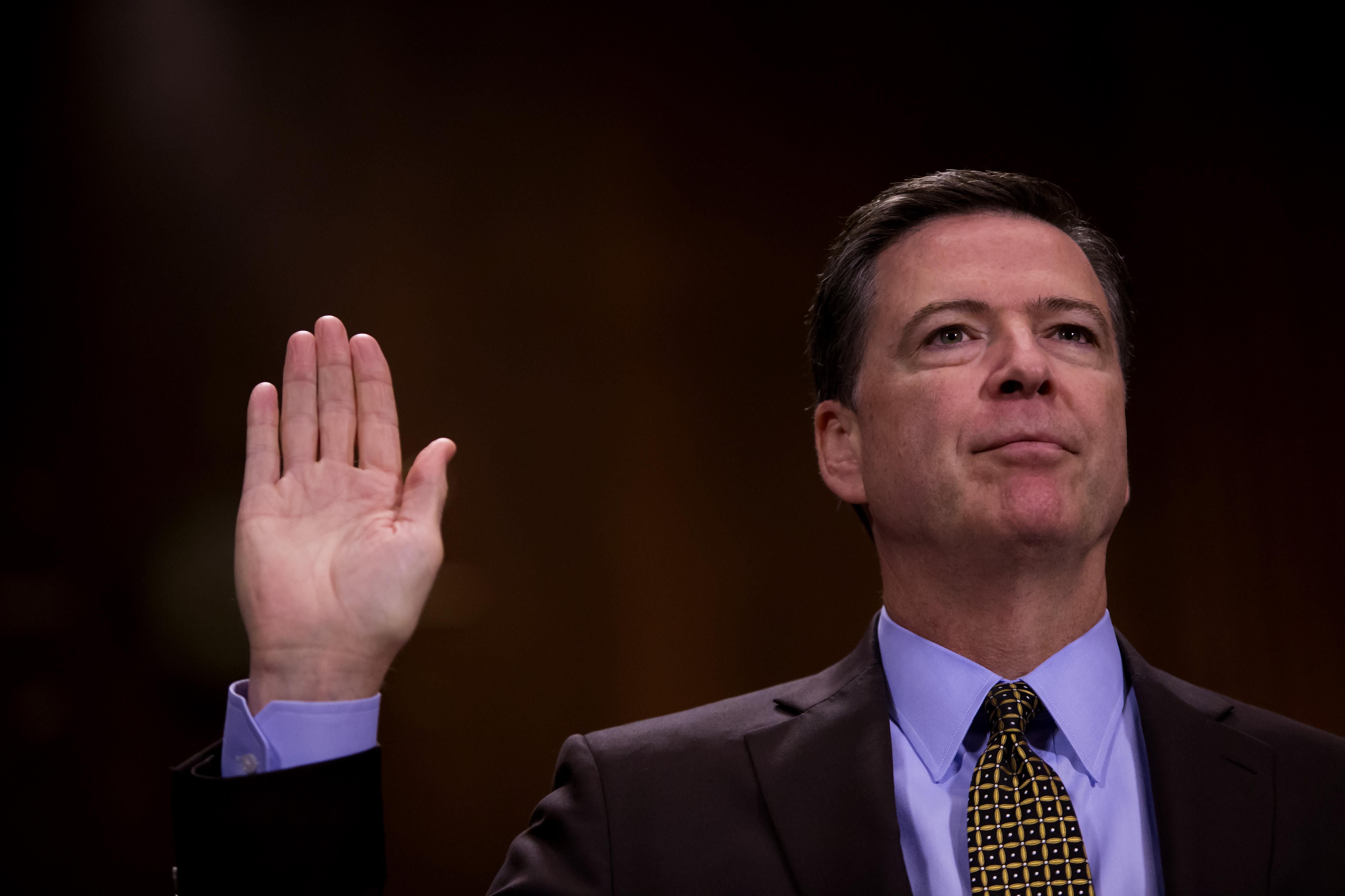 James Comey volt FBI-igazgató, aki kritizálta Hillary Clintont, hogy a magáncímével emailezett állami ügyekben, szintén magáncímen emailezett FBI-os ügyekben