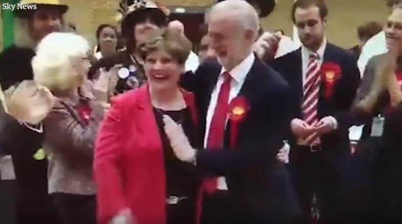 A világ legbénább pacsijával ünnepelte a választási eredményt Jeremy Corbyn