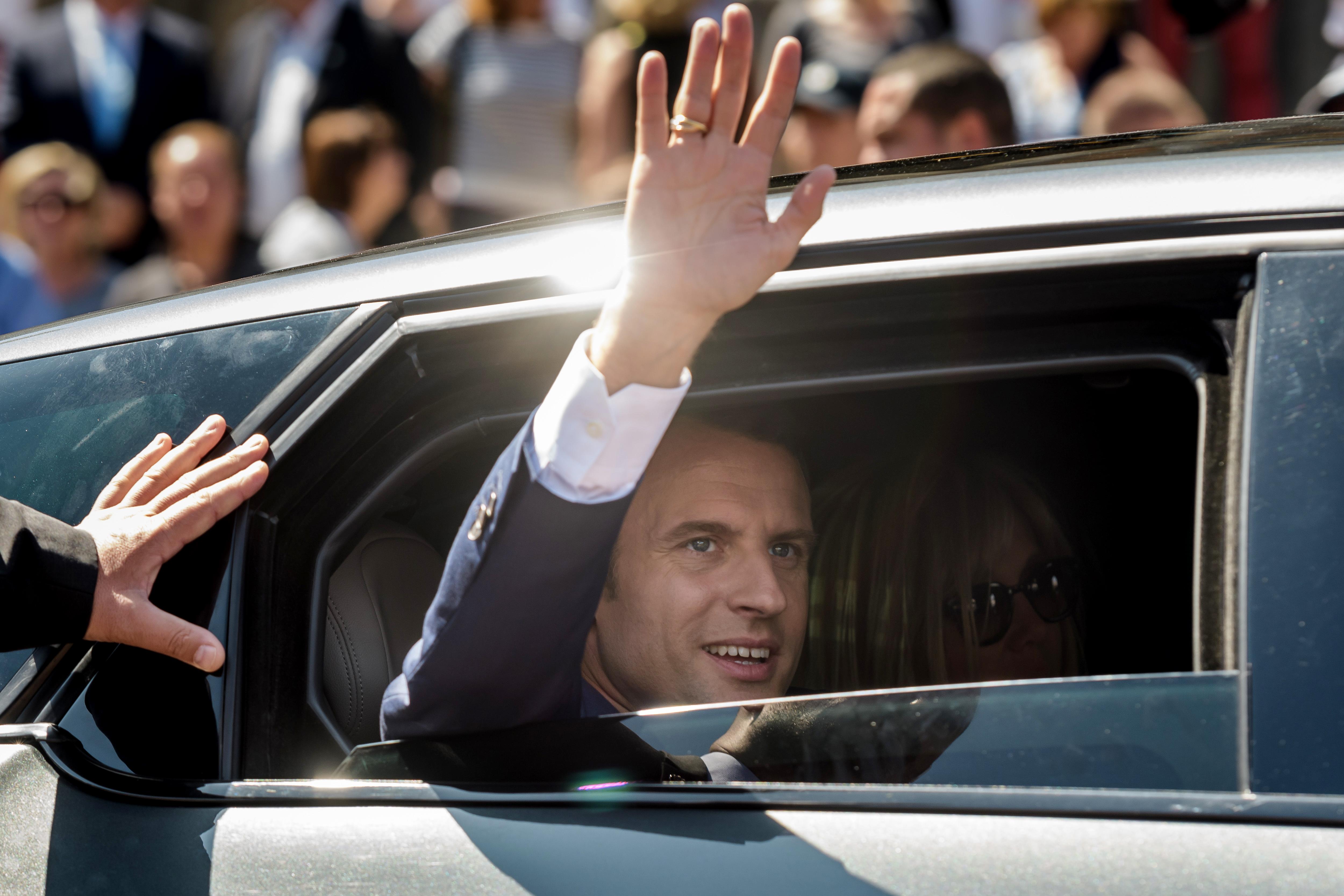 Macron a magyarok kárára barátkozik a Slavkovi Háromszöggel