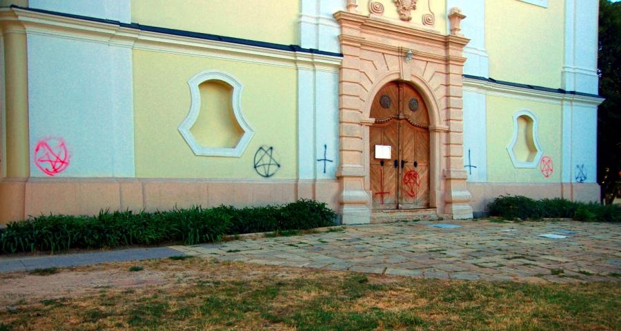 Sátánista jelképekkel fújták végig a pécsváradi templomot