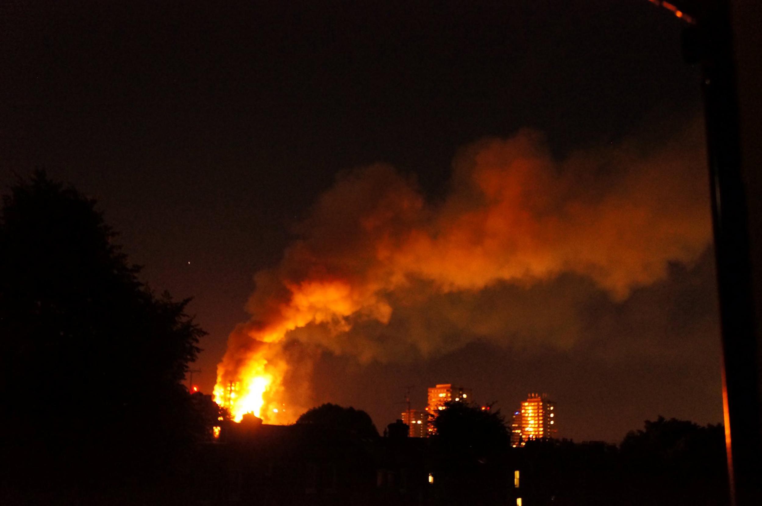 Kigyulladt egy londoni toronyház, kétszáz tűzoltó ment a helyszínre