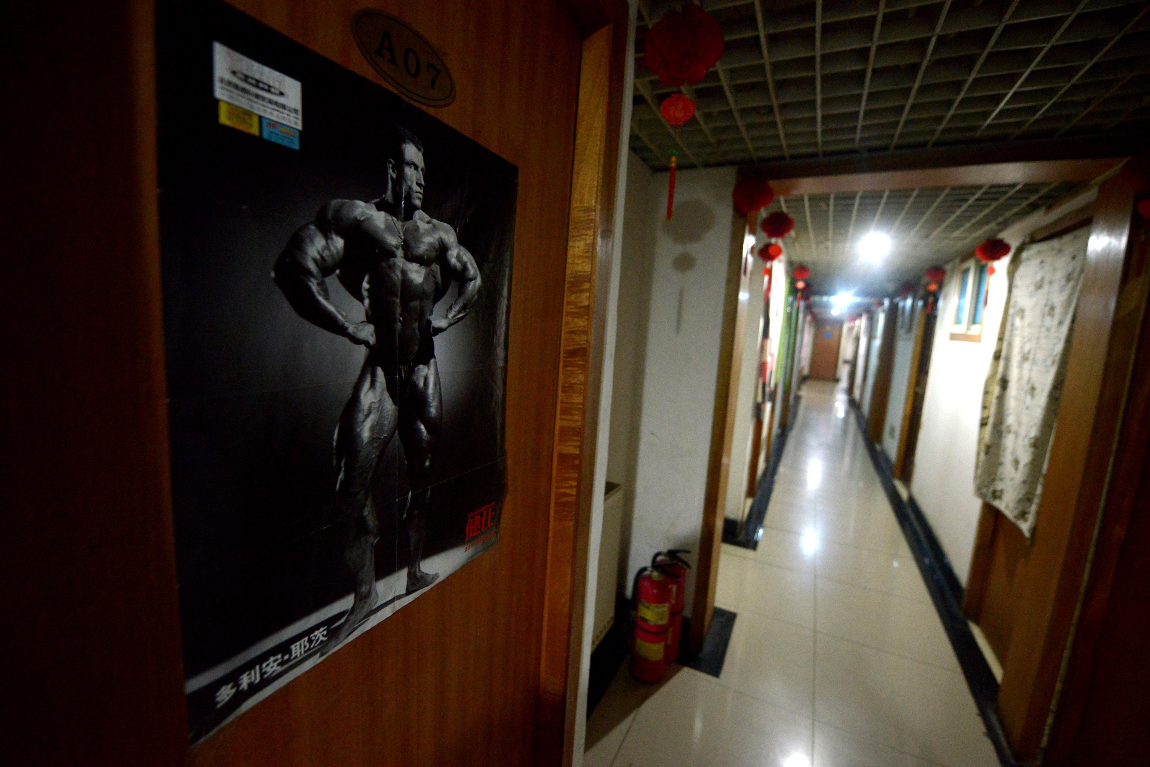 Négyszáz ember lakott egy kínai luxusapartmanház pincéjében