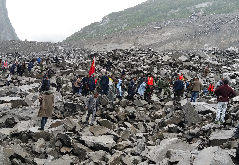 Több tonnányi szikla zúdult egy kínai falura