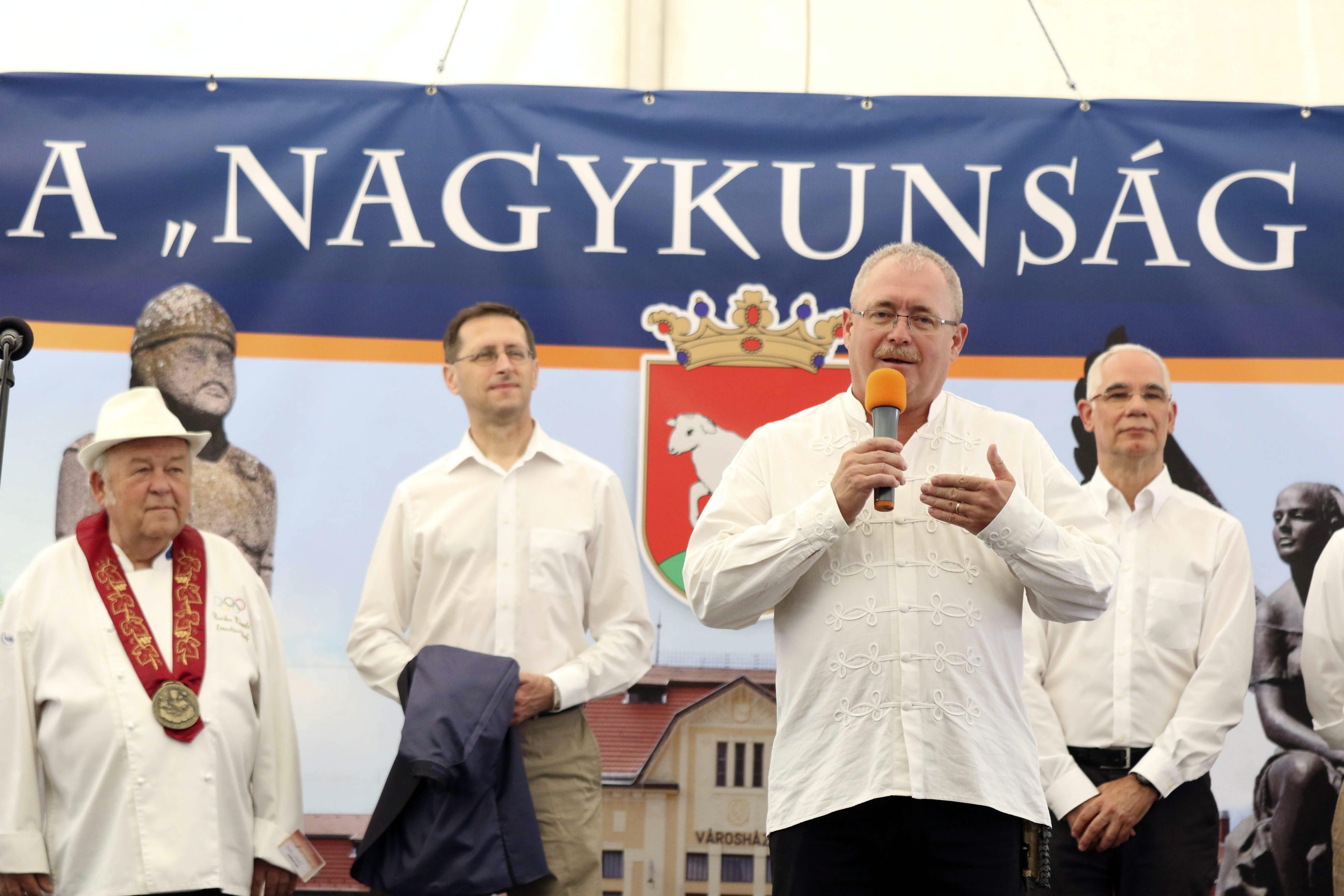 Hány magyar miniszter kell ahhoz, hogy Benke Laci bácsi sikeresen megnyisson egy birkafőző fesztivált?
