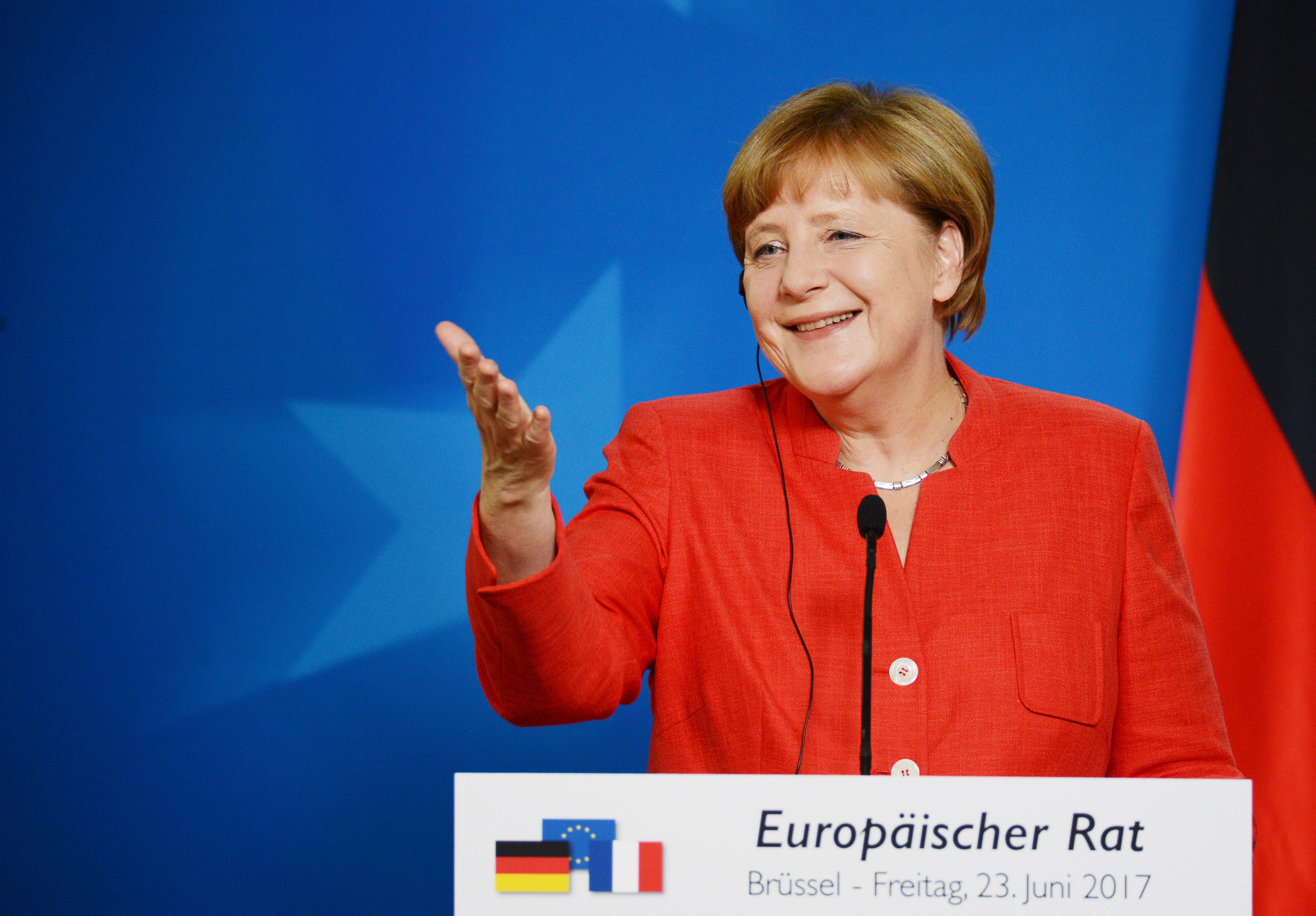 Merkel nyitott arra, hogy tárgyaljanak a melegházasságról