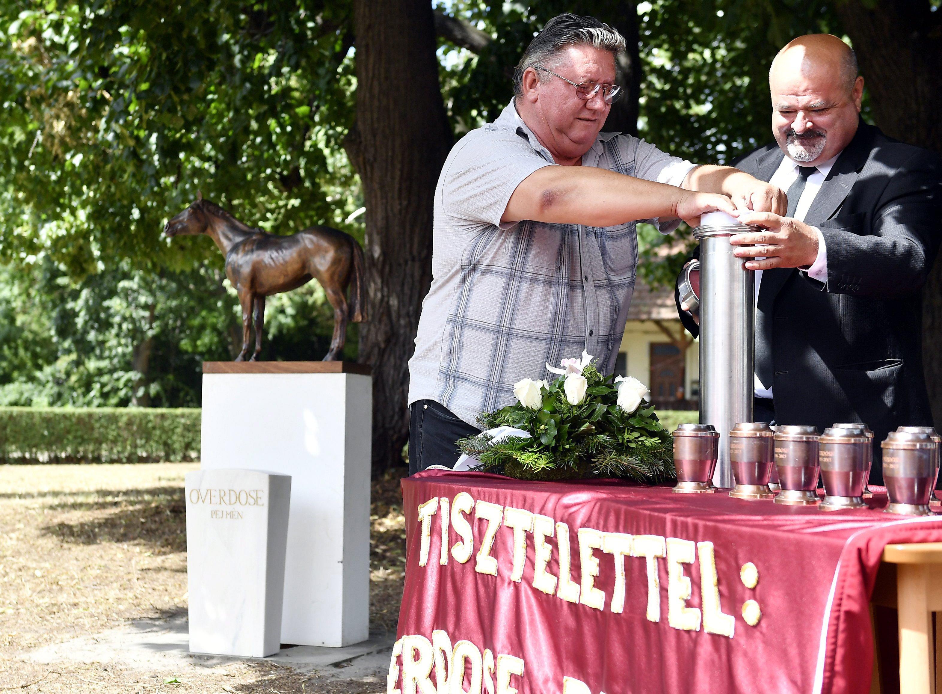 Overdose hamvait elhelyezték dunakeszi emlékműve talapzatánál