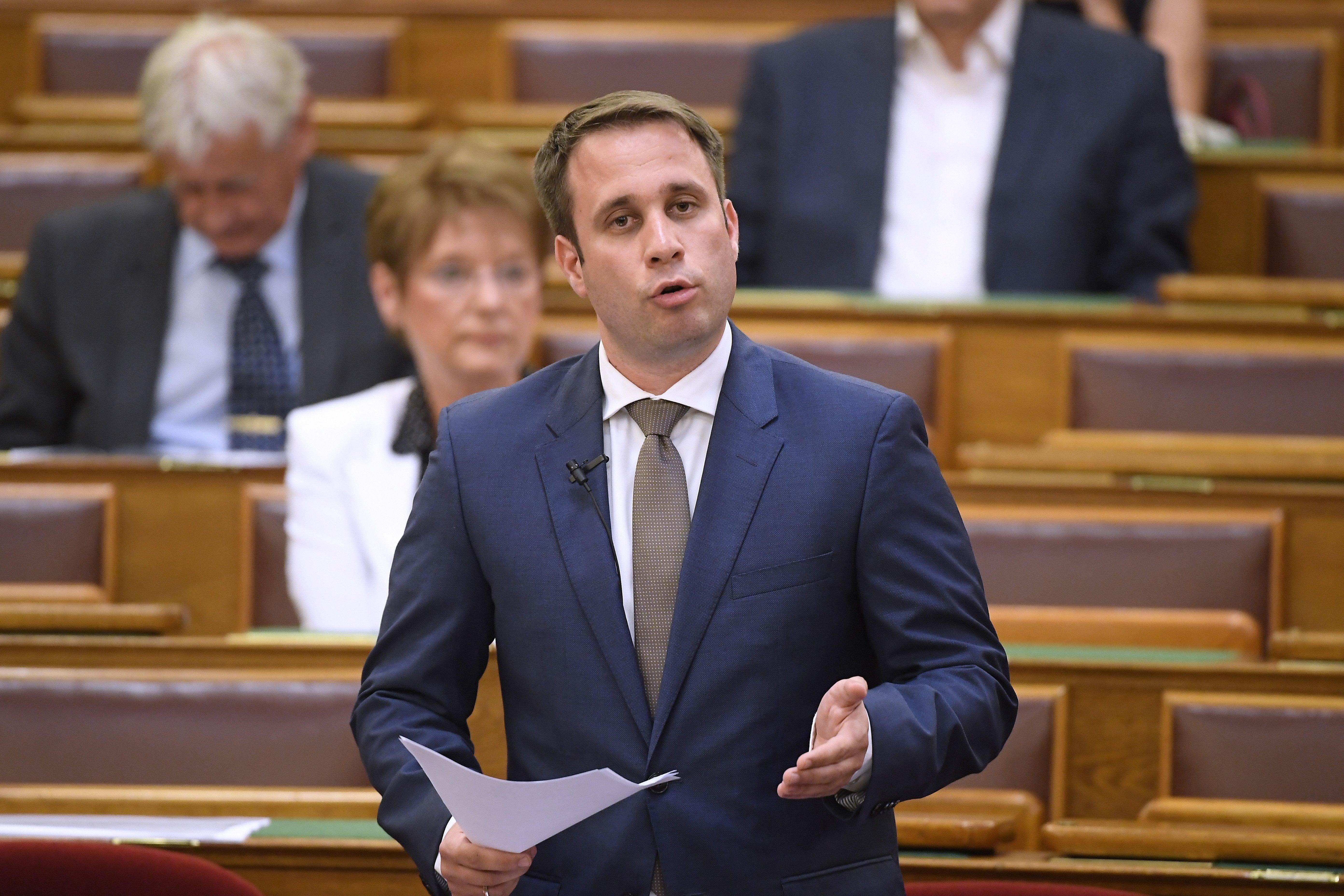 A Rogánnak dolgozó Dömötör Csaba nem válaszolt a letelepedési kötvényekről szóló kérdésre, mondván, azokról a parlament gazdasági bizottsága döntött