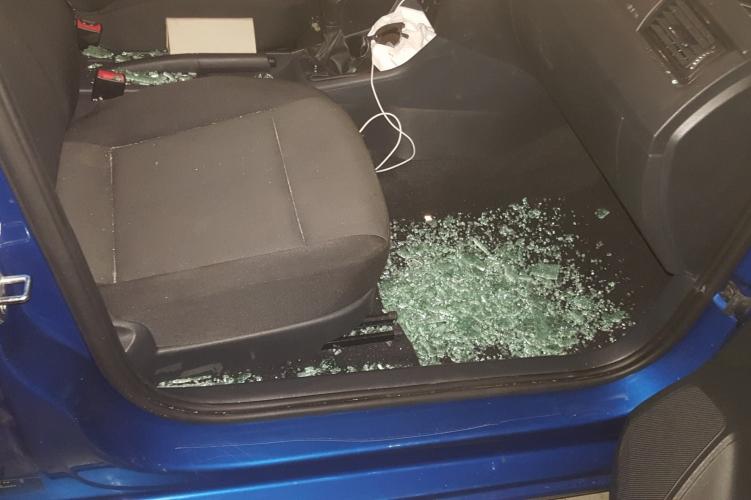 Véletlenül bezárták az autóba 9 hónapos babájukat, rendőröknek kellett betörni a szélvédőt