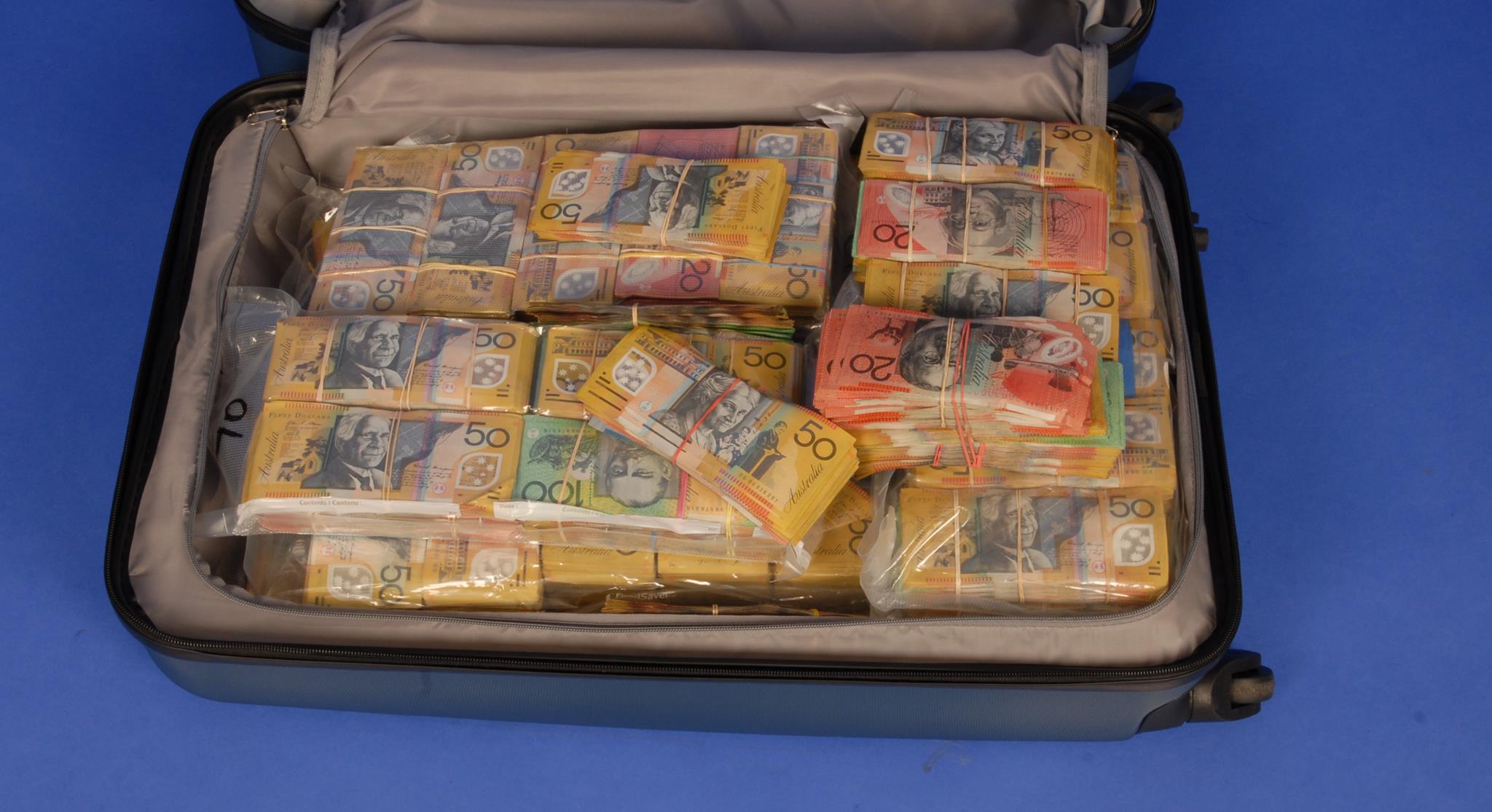 Az ausztrál rendőrök keresik ennek az 1,6 millió dollárral teli bőröndnek a gazdáját