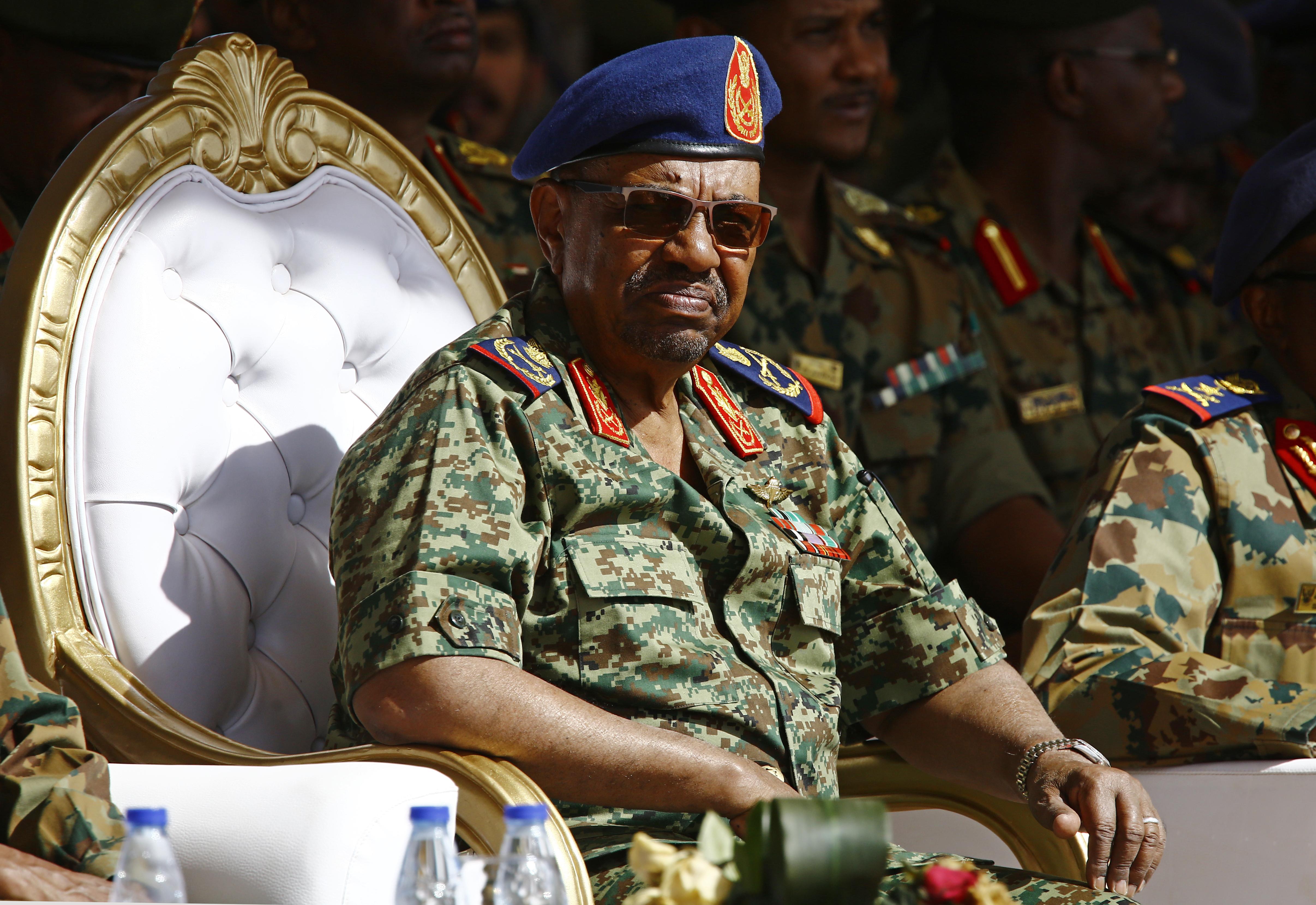 Átadják Omar el-Besír volt szudáni elnököt a hágai bíróságnak