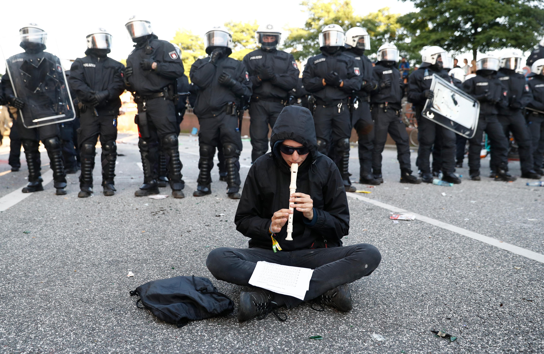 Összecsaptak a rendőrök és a hamburgi G20-csúcs ellen tüntető szélsőbaloldaliak