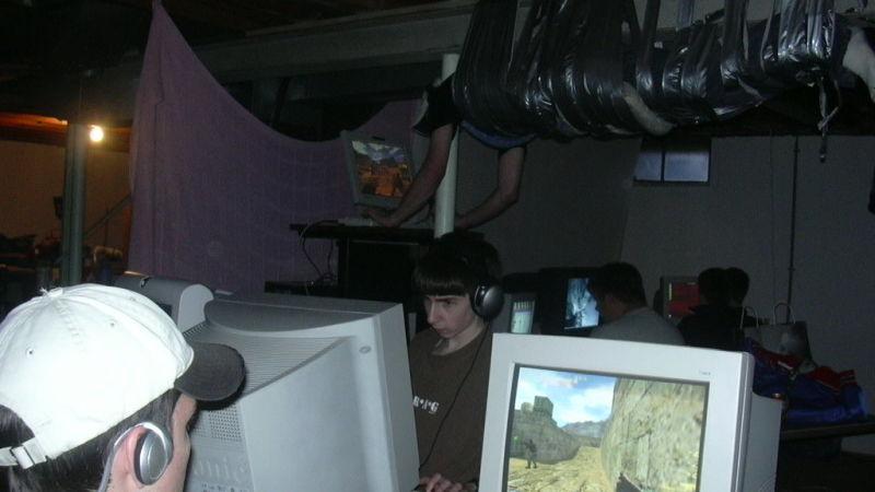 15 év után végre kiderült, miért volt felszigszalagozva egy gémer a plafonra egy 2002-es LAN-partin