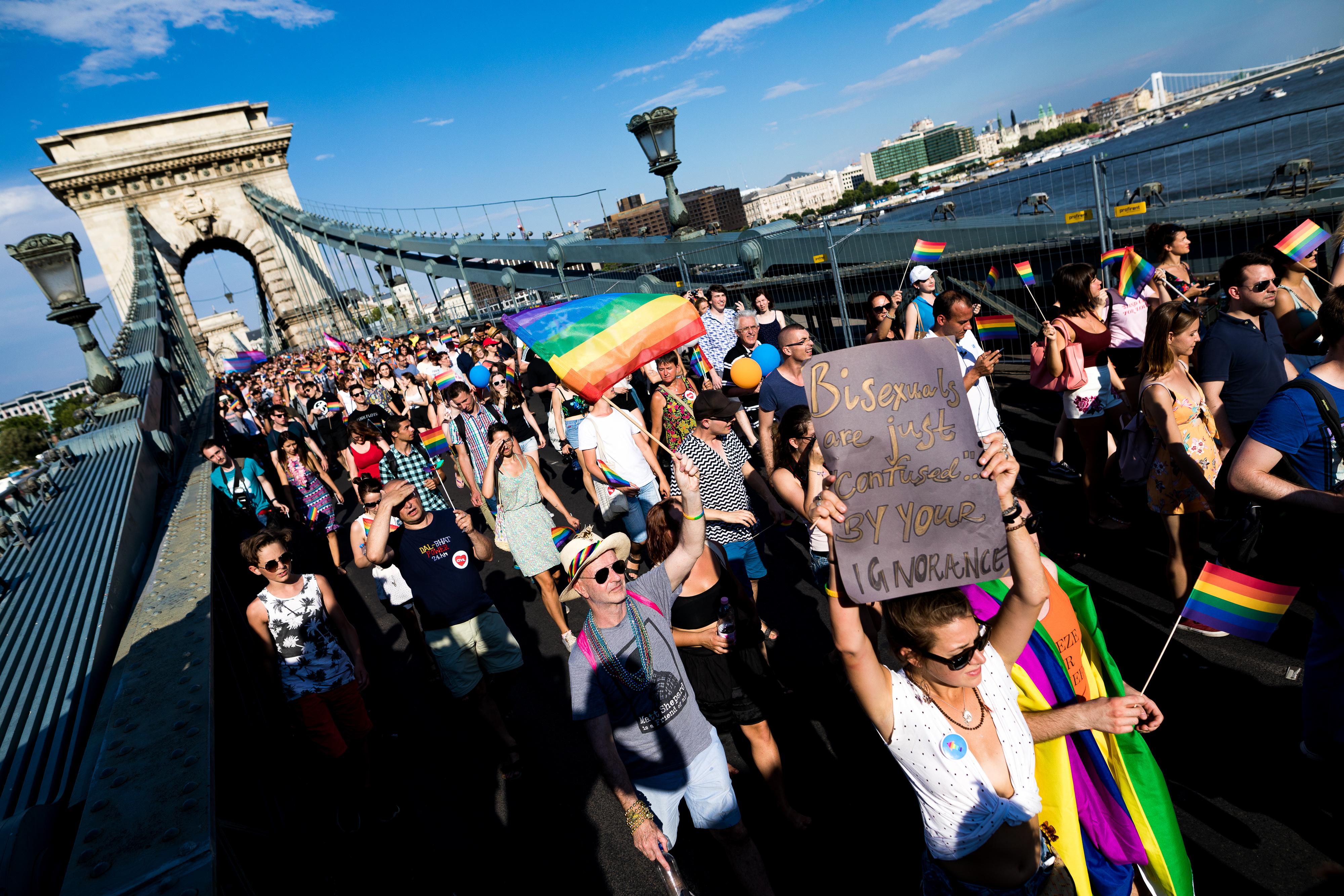 Hétfőn a Parlament előtt tüntetnek a kormány orosz mintájú homofób törvénytervezete ellen