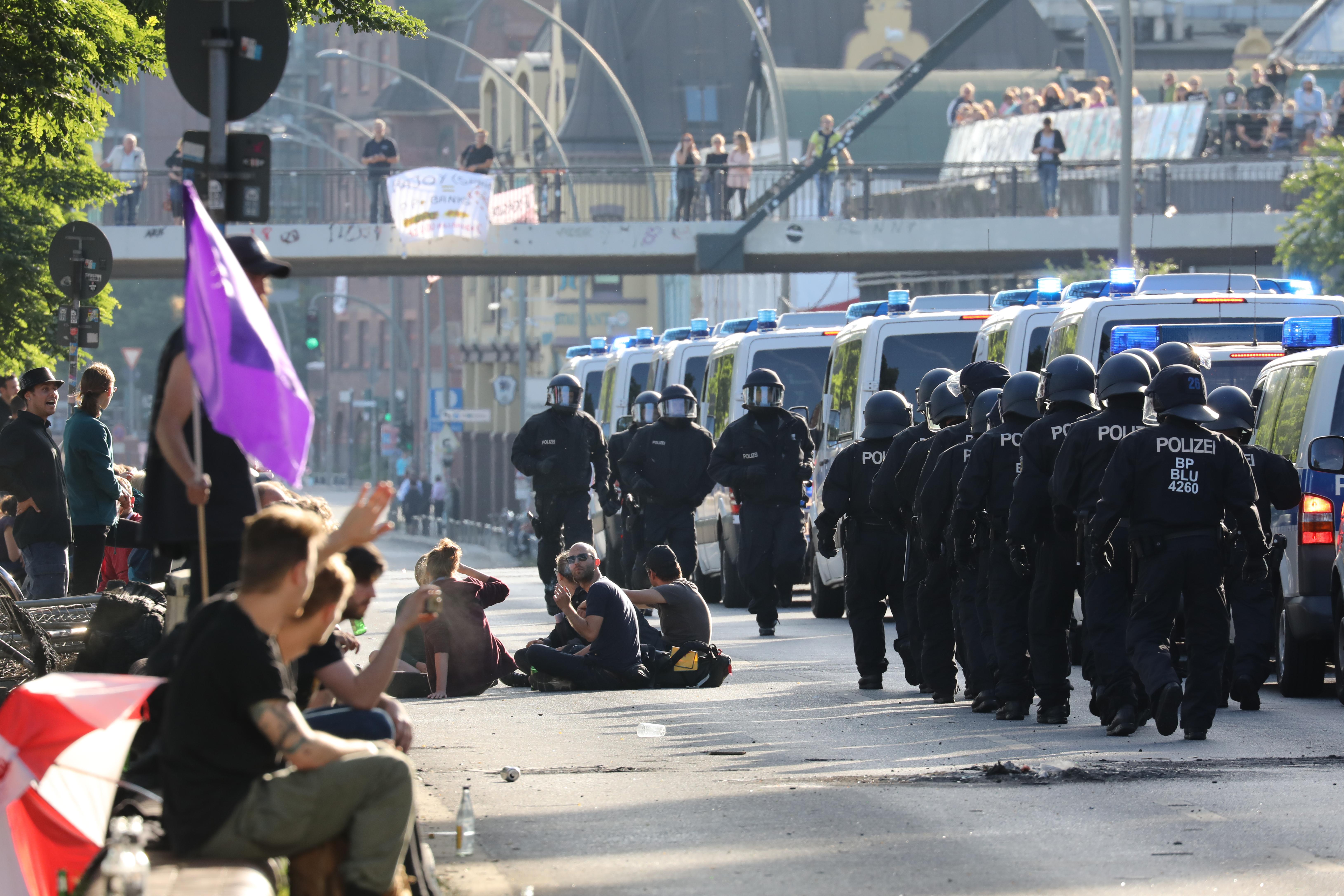 A G20 zárónapján már javarészt békésen tüntettek a baloldaliak