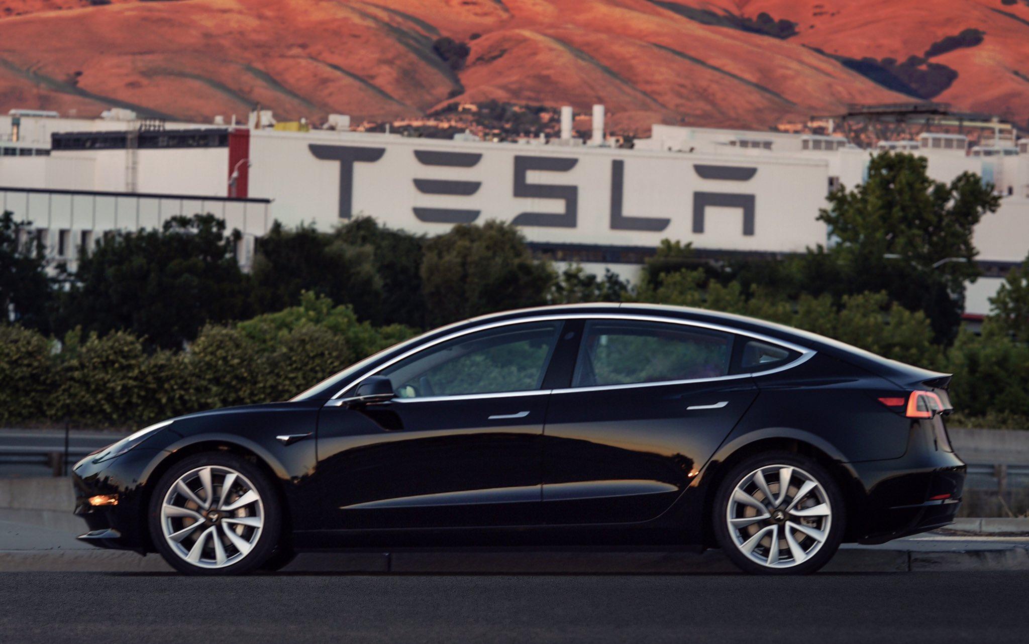 Vizsgálják a Tesla önvezető rendszerét, miután újabb balesetet okozott