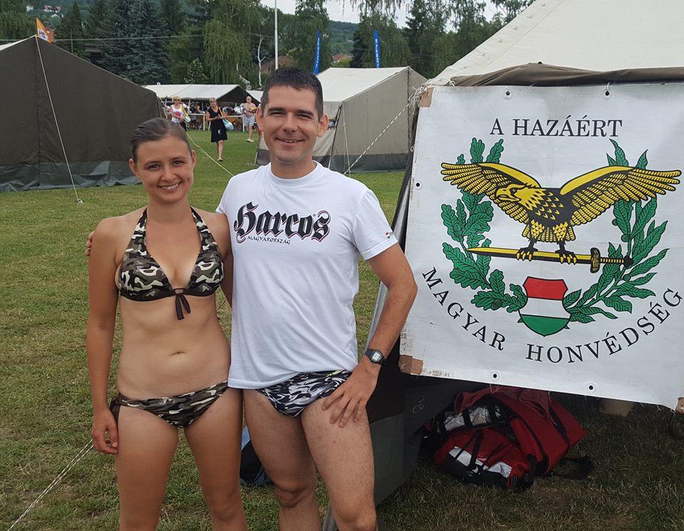 Egyszerűen nem lehet jobb fürdőruhás fotót csinálni, mint erről a híres jobbikos honvéd házaspárról