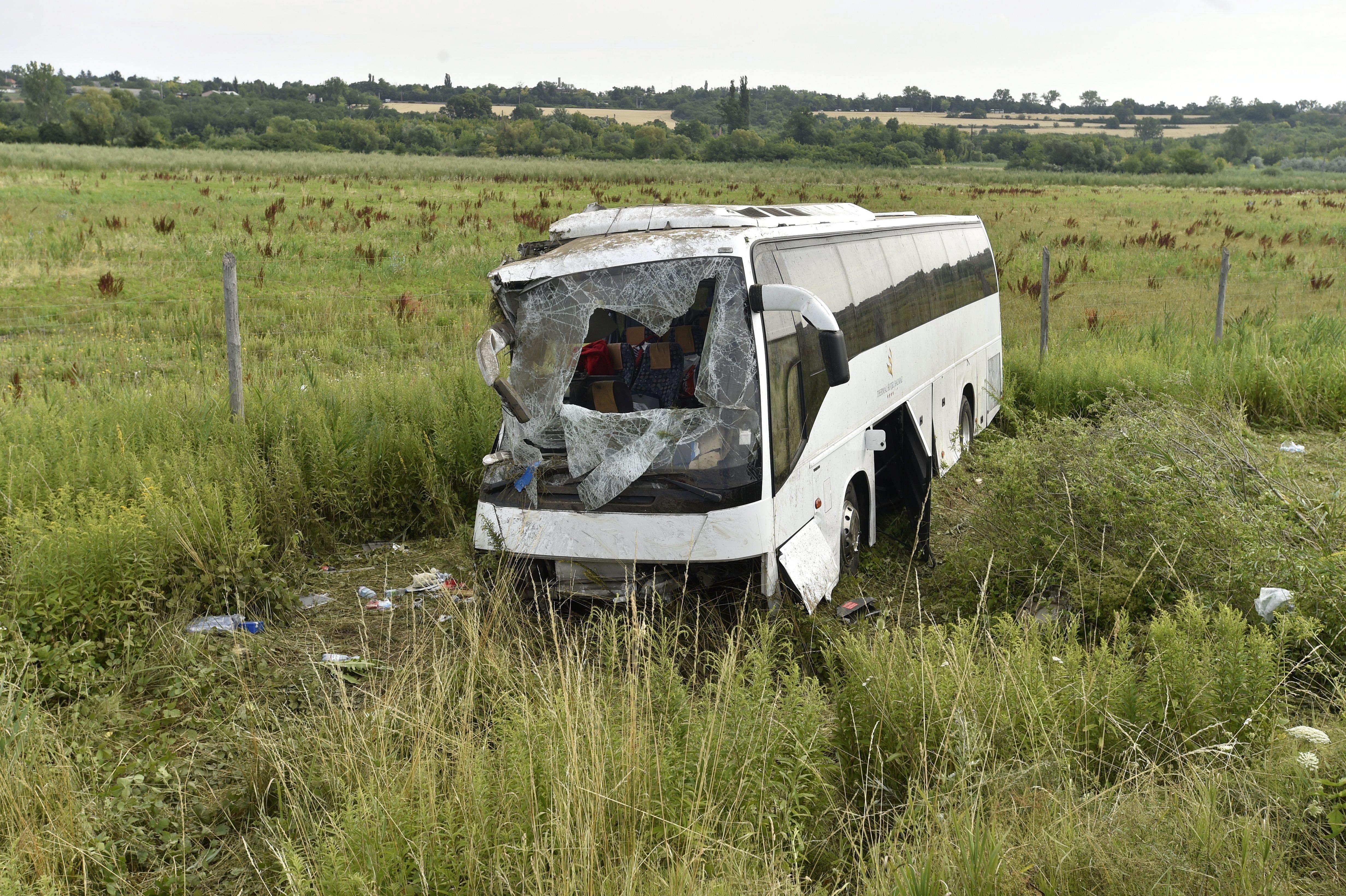 Árokba borult egy busz az M3-ason, többen súlyosan megsérültek