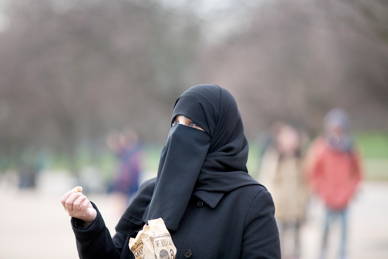 Kitoloncoltak egy nőt a brüsszeli reptérről, mert nem volt hajlandó felfedni a nikábját