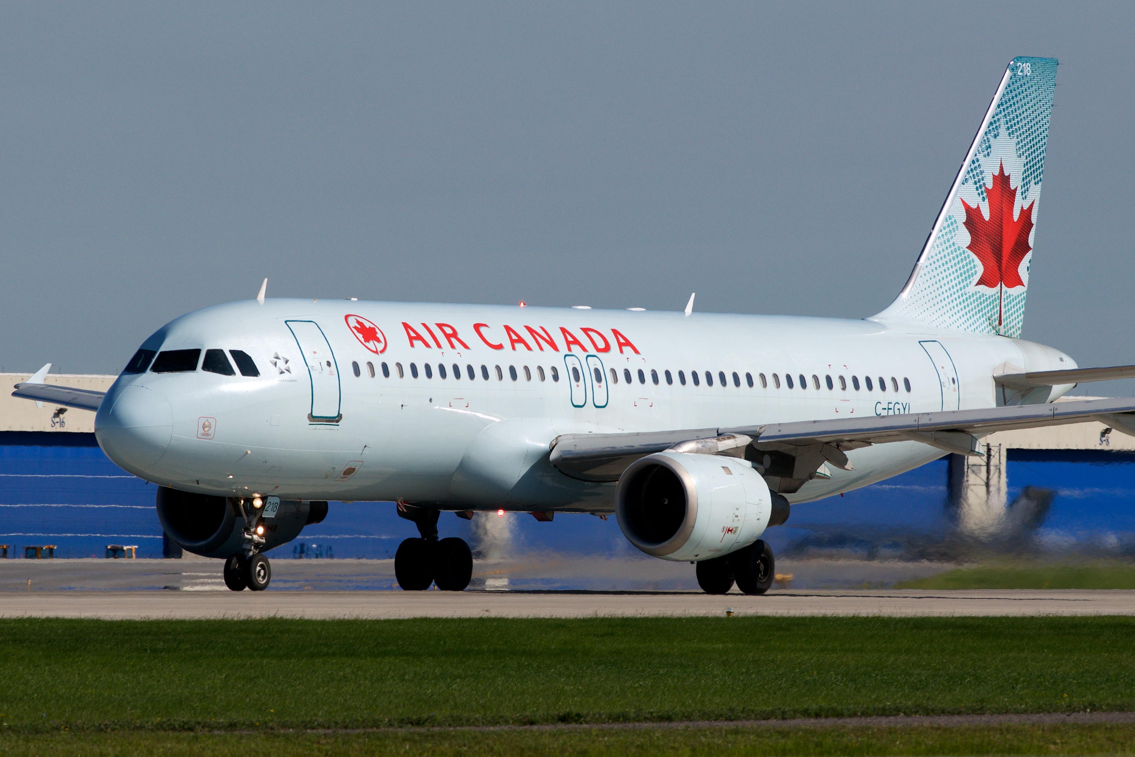 Elnézte a leszállópályát az Air Canada pilótája, majdnem négy várakozó utasszállítóba csapódott