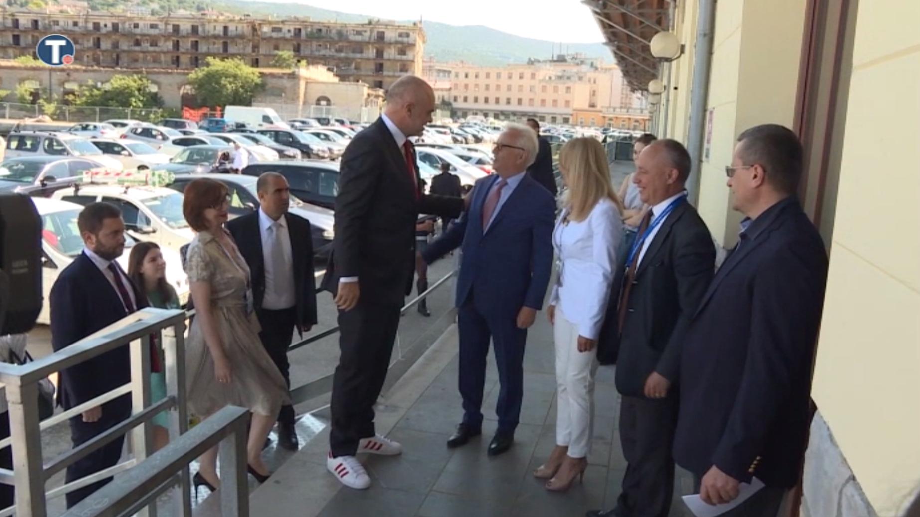 Úristen, mekkora chill arc az albán miniszterelnök