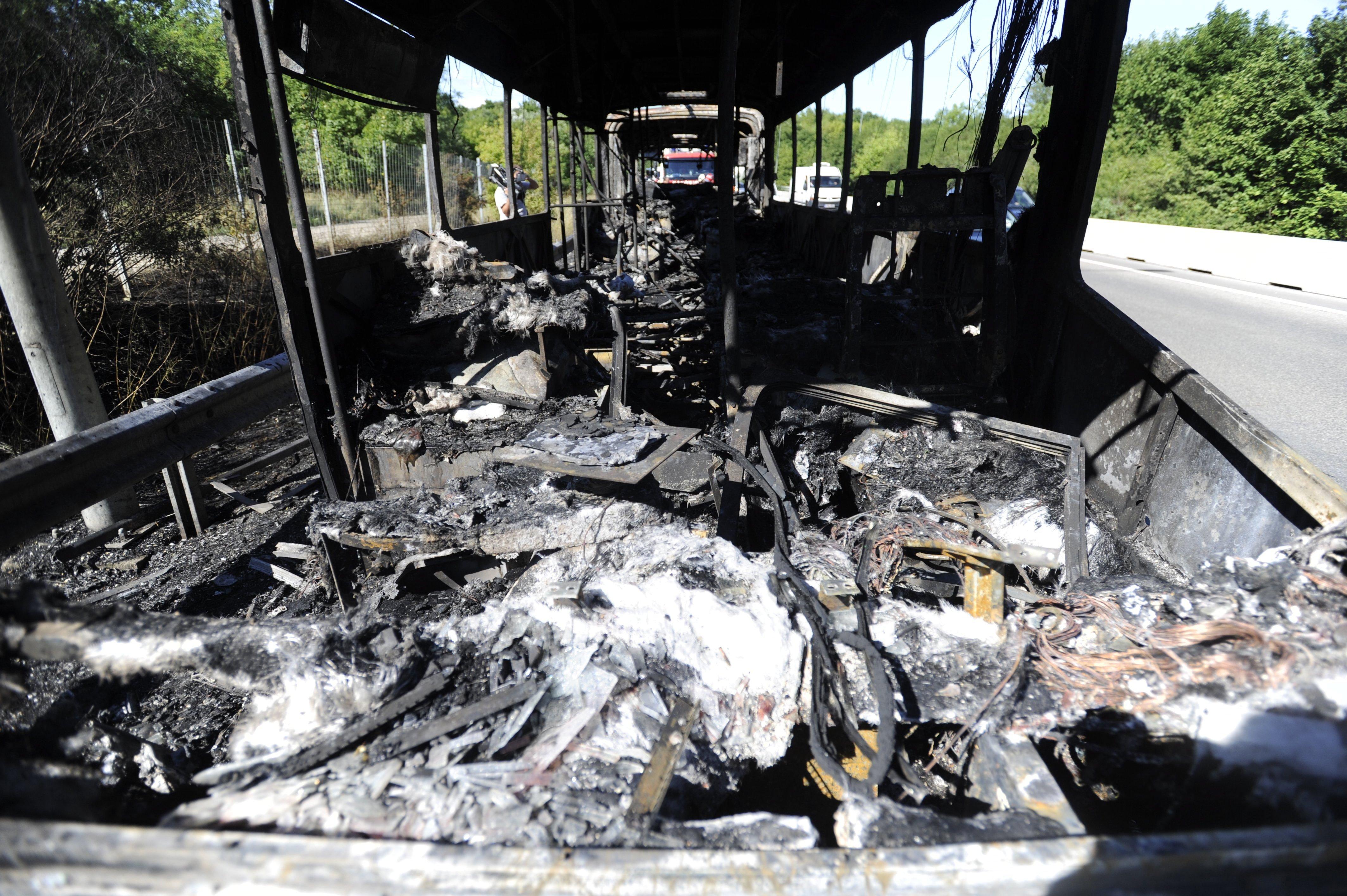 Kigyulladt egy csuklós busz az M1-M7-esen