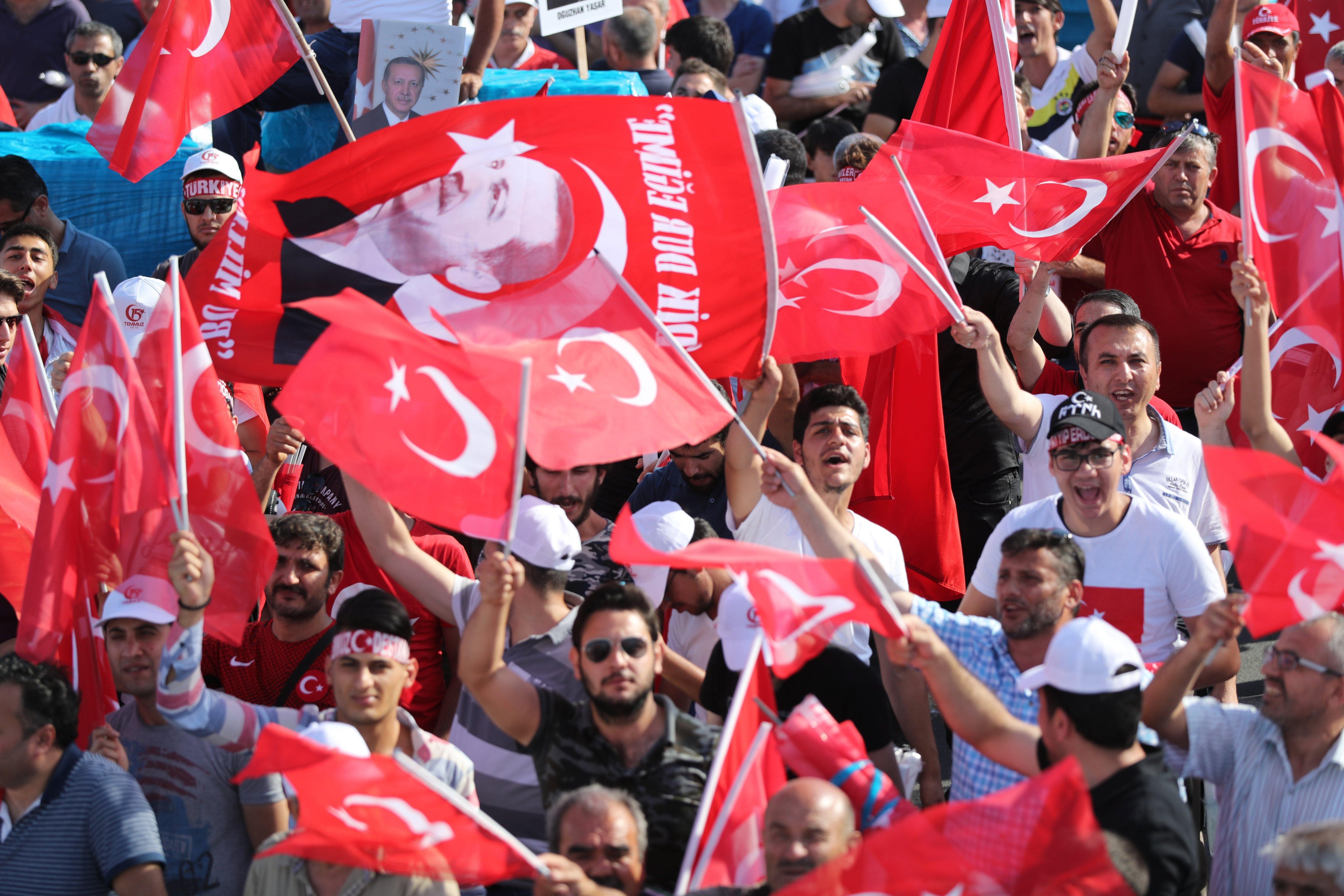 Erdogan átnevezte a Boszporusz hidat a tavalyi puccskísérlet emlékére