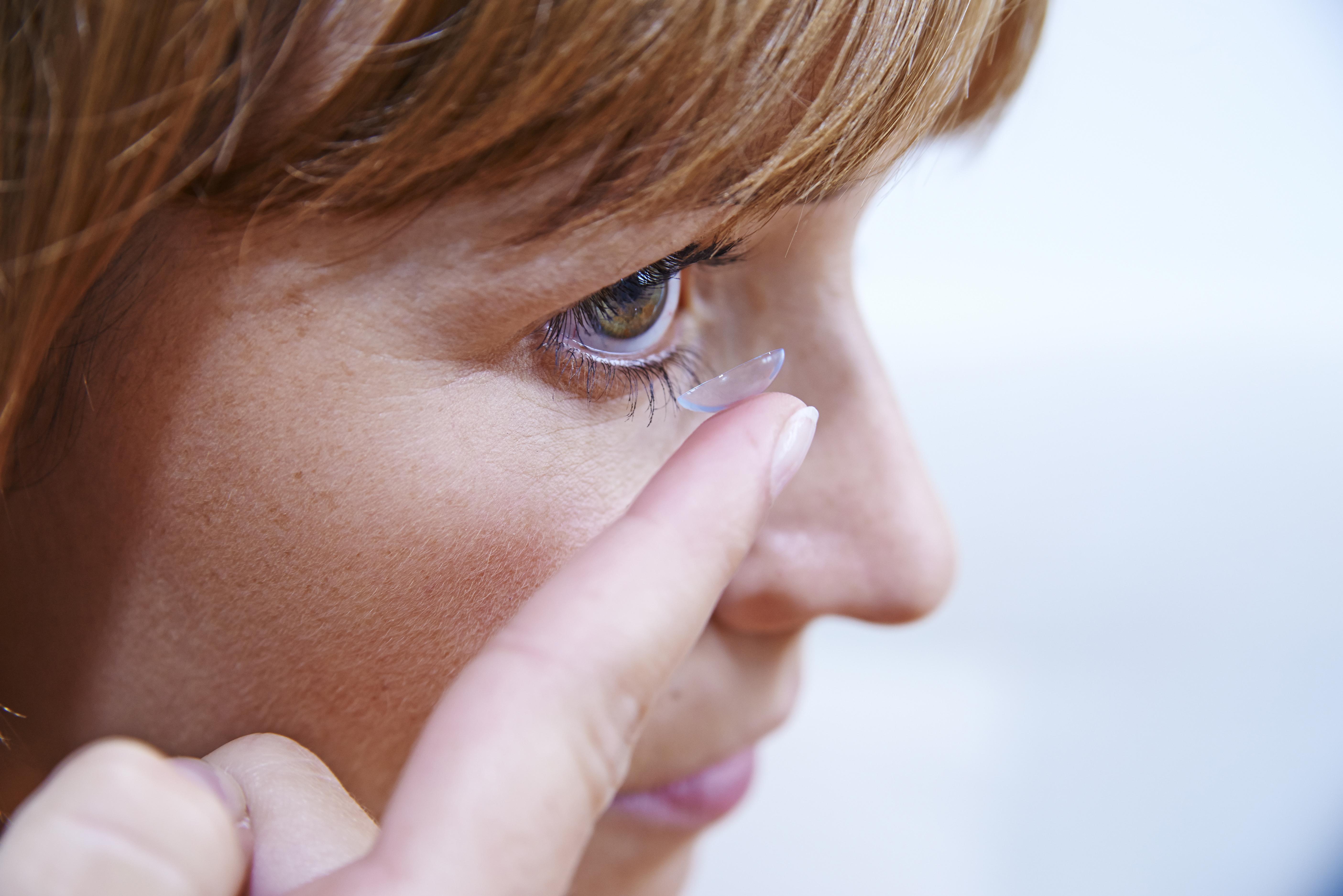 27 kontaktlencsét távolítottak el egy birminghami nő szeméből