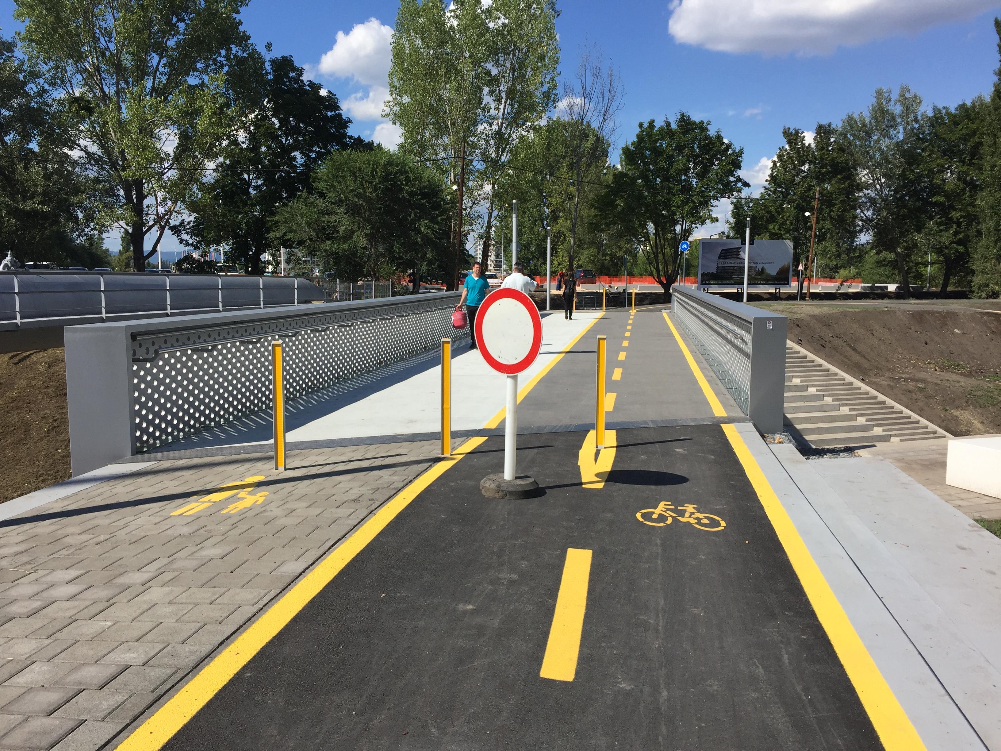Tilos biciklizni a vizes vb-re épült biciklihídon, aminek egyébként sincs semmi értelme