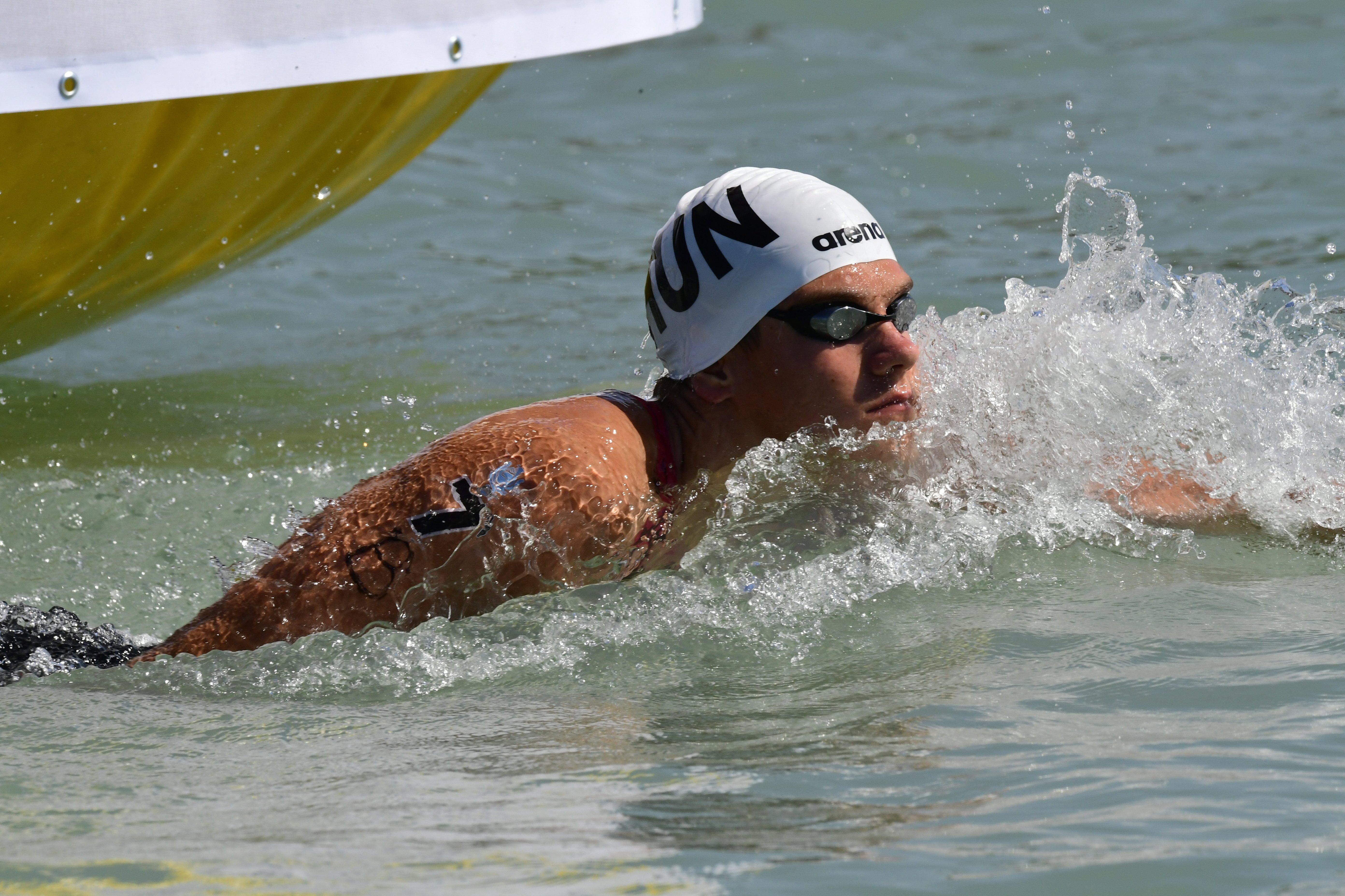 2,5 kilométeren keresztül ütötték-vágták a magyar úszót, kénytelen volt feladni a versenyt