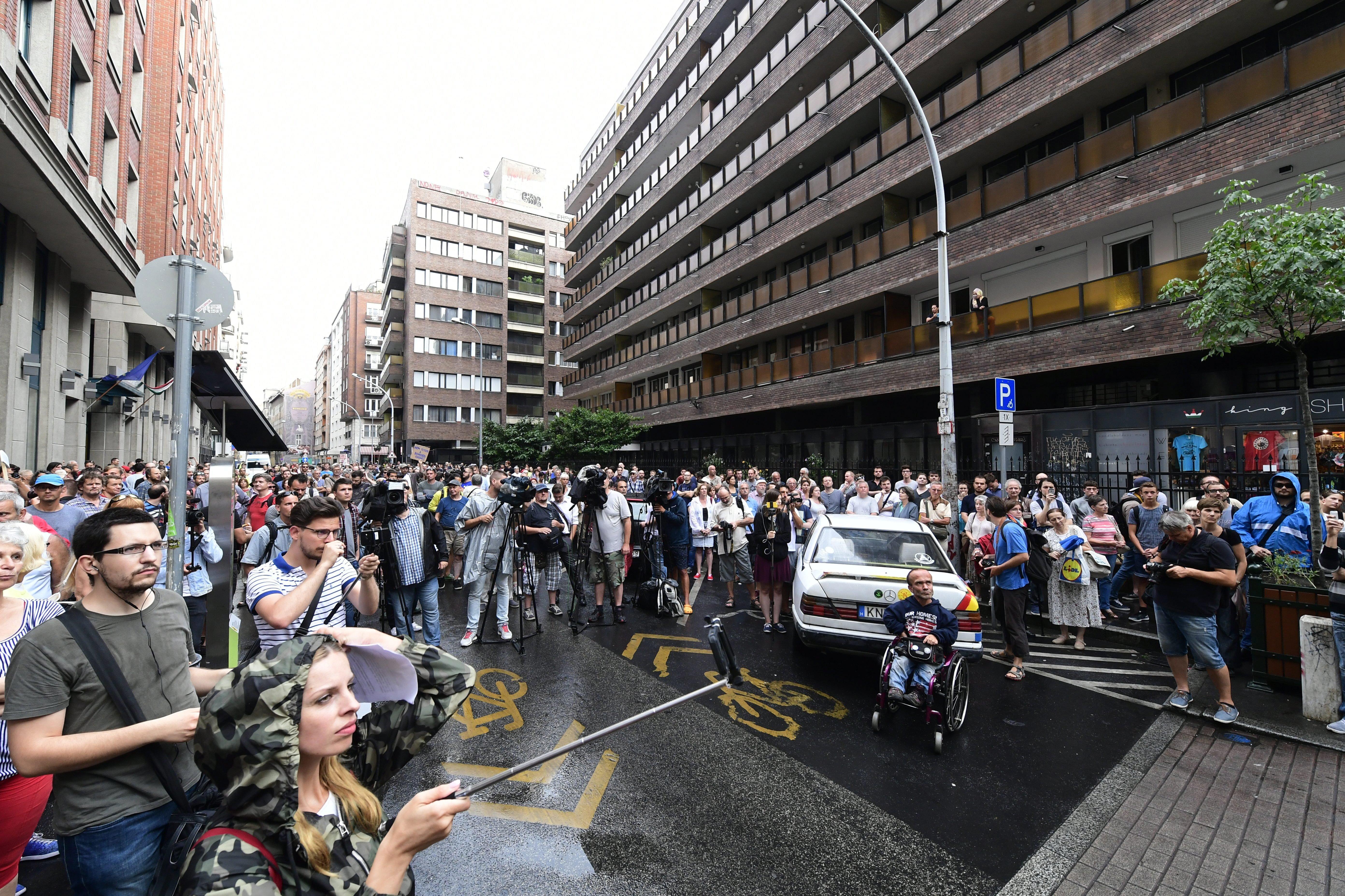 Pár százan tüntettek az esőben a BKK székháza előtt az etikus hekkerért