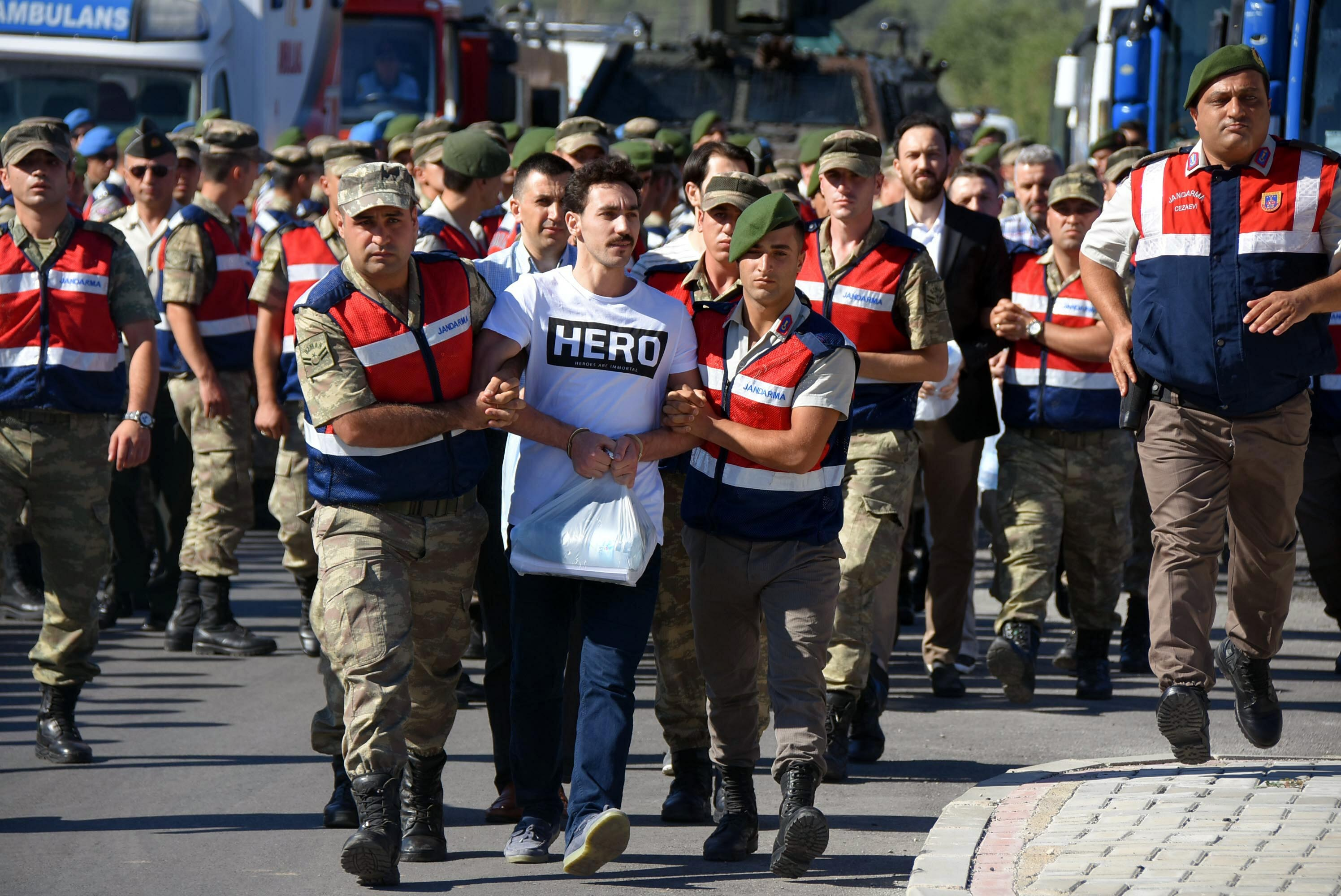 Törökországban ennek a pólónak a viseléséért ma börtön jár