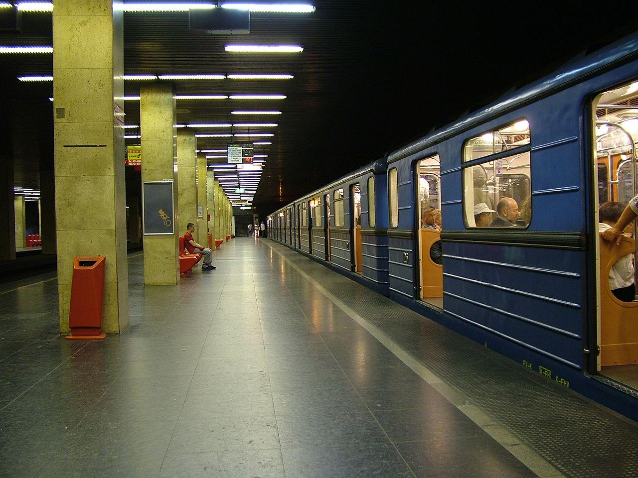 Hajnali egykor indul ma éjjel az utolsó metró
