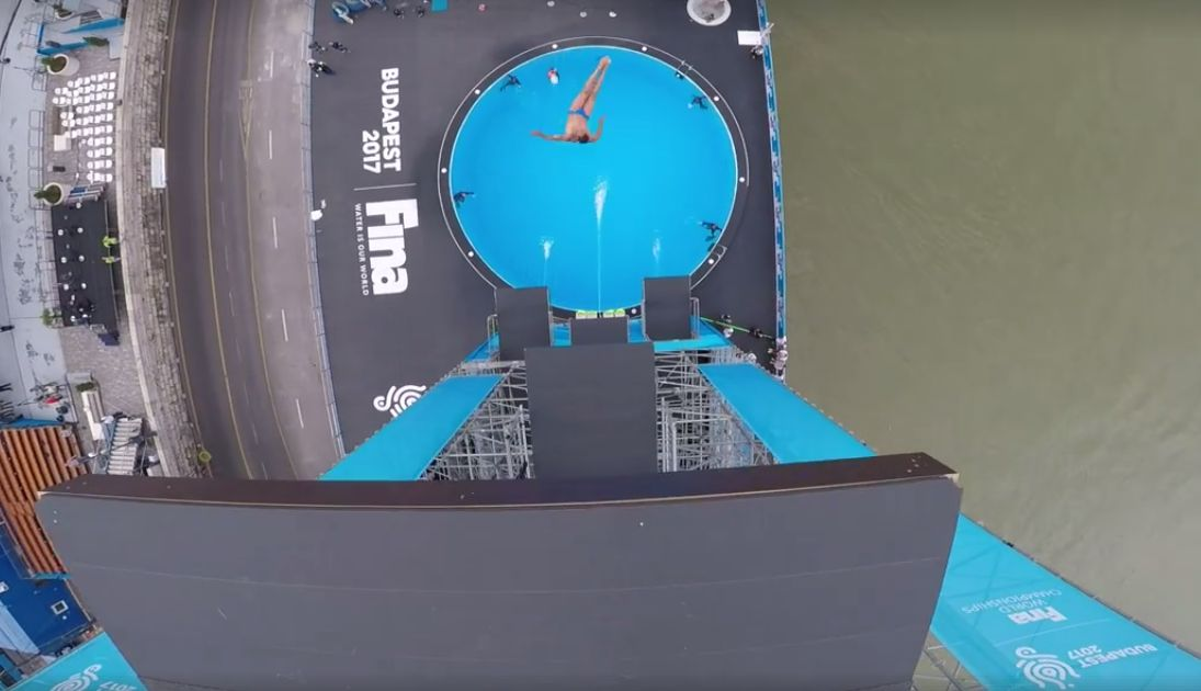 Hogy milyen lehet 27 méterről beleugrani egy onnan nézve nem is túl nagy medencébe?