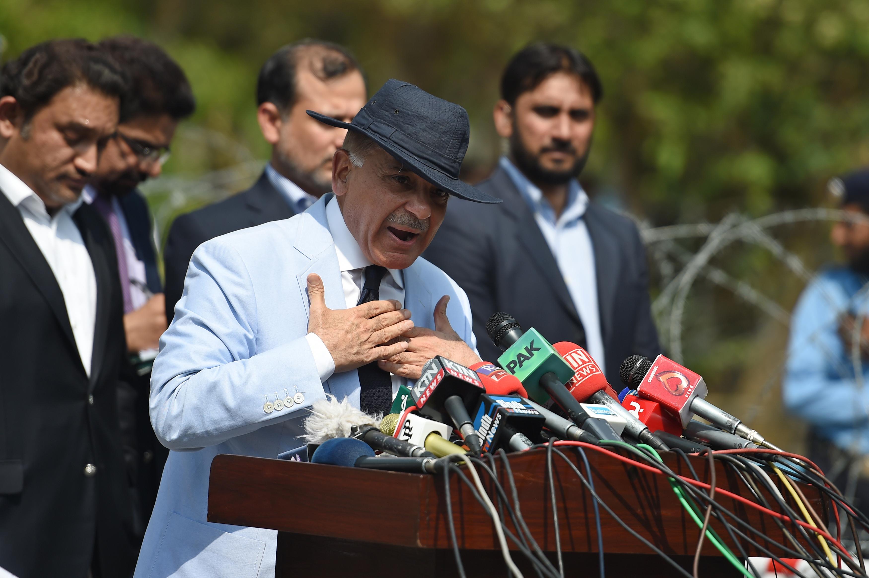 A pakisztáni kormányfő, akit azért mondattak le, mert nem tudott elszámolni a családja gazdagodásával, az öccsét nevezte meg utódjául