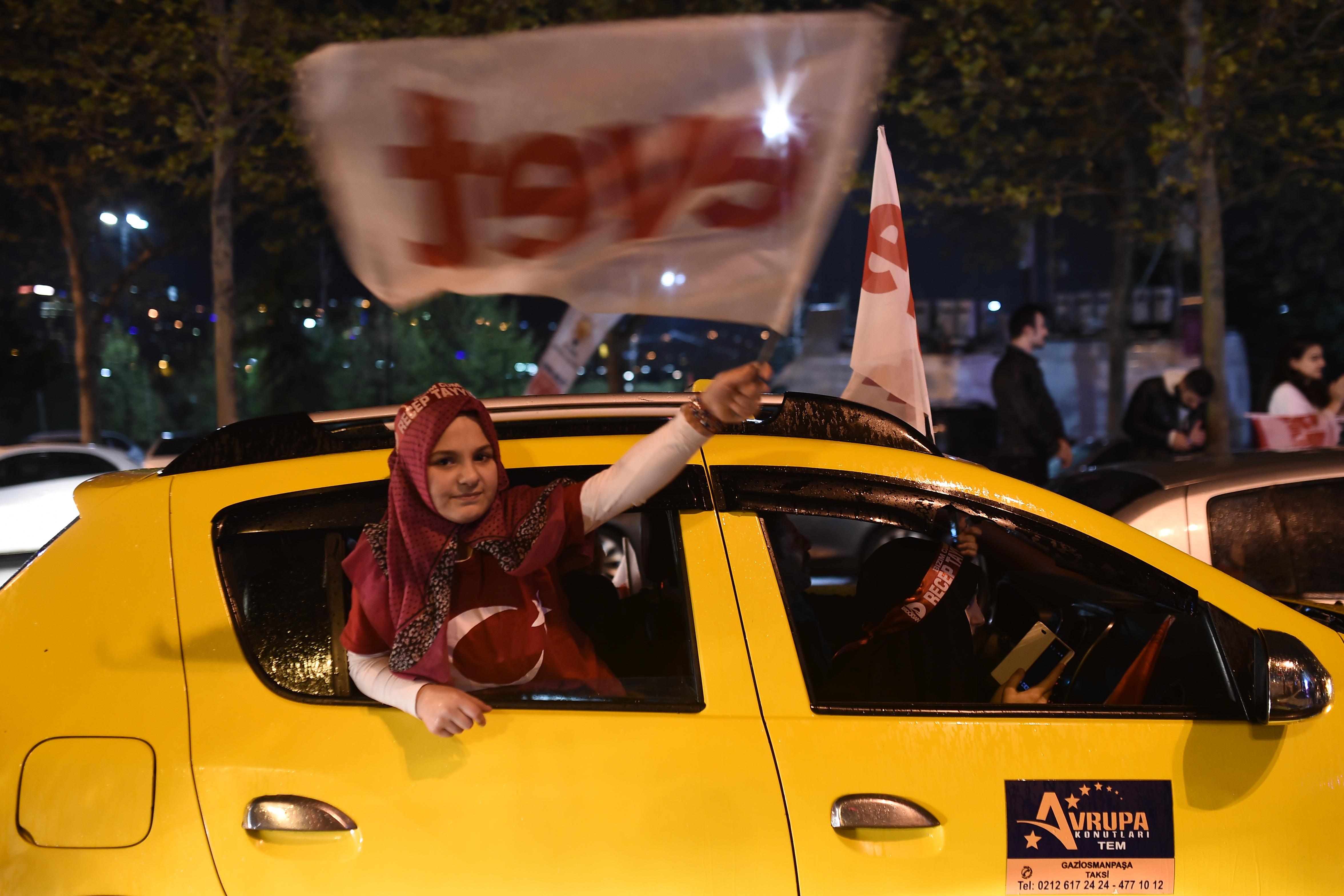 A török kormánypárt egy Uber-utánzat applikációval figyelné meg az állampolgárokat