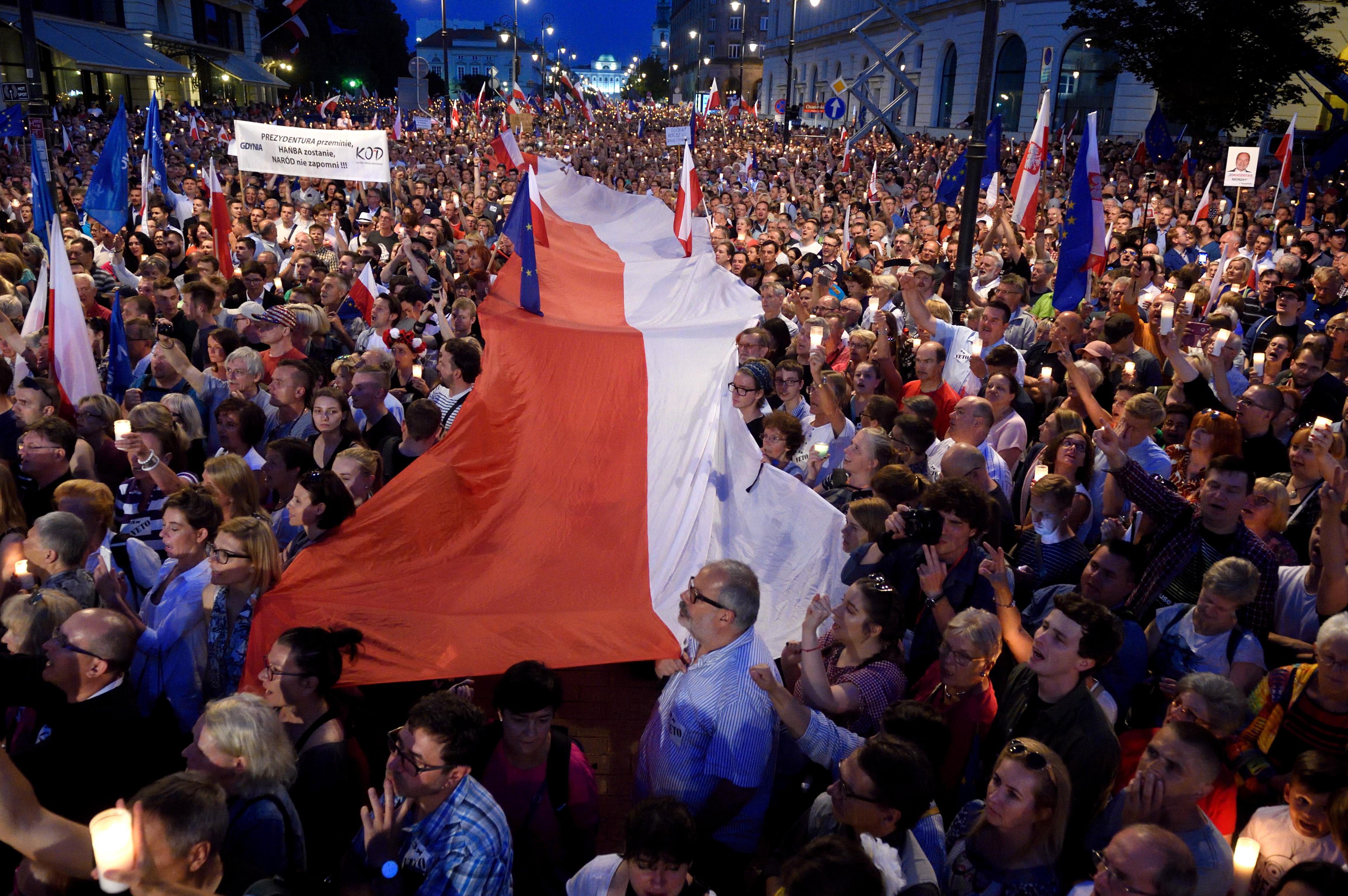 Ragadós a lengyel példa, a saját embereit ültetné a bíróságokra a magyar kormány