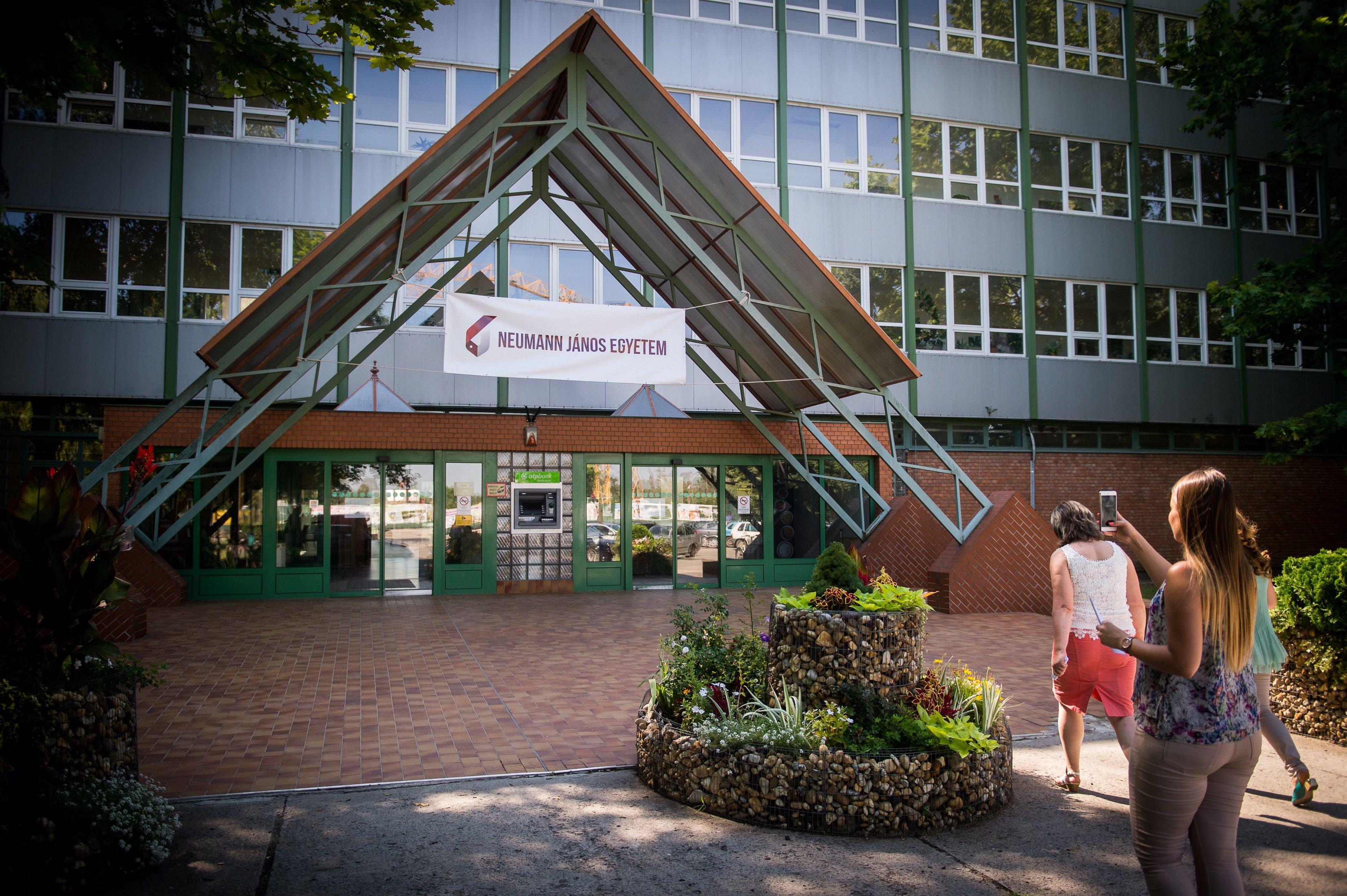 A kecskeméti polgármester szerint a kormány jóformán meg akarta szüntetni a Neumann János Egyetemet
