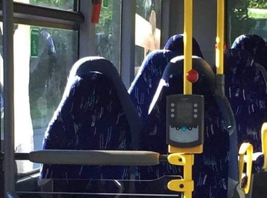 Burkát viselő nőknek nézték az üres buszüléseket a norvég szélsőjobbosok