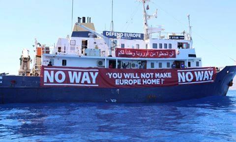 Migránsmentő hajó ajánlotta fel segítségét a migránsellenes hajónak a Földközi tengeren